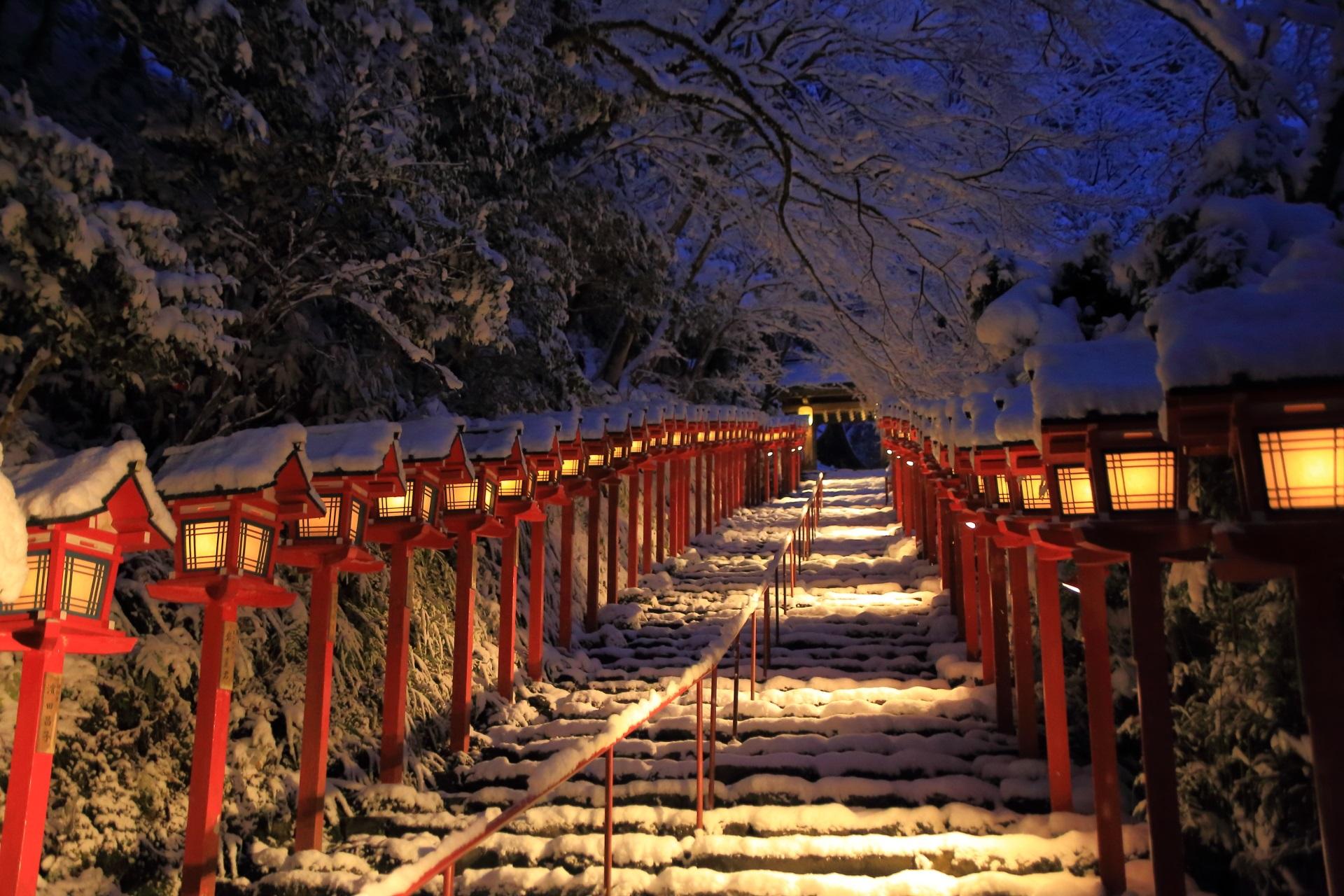 貴船神社の夜明け前の石段の雪景色