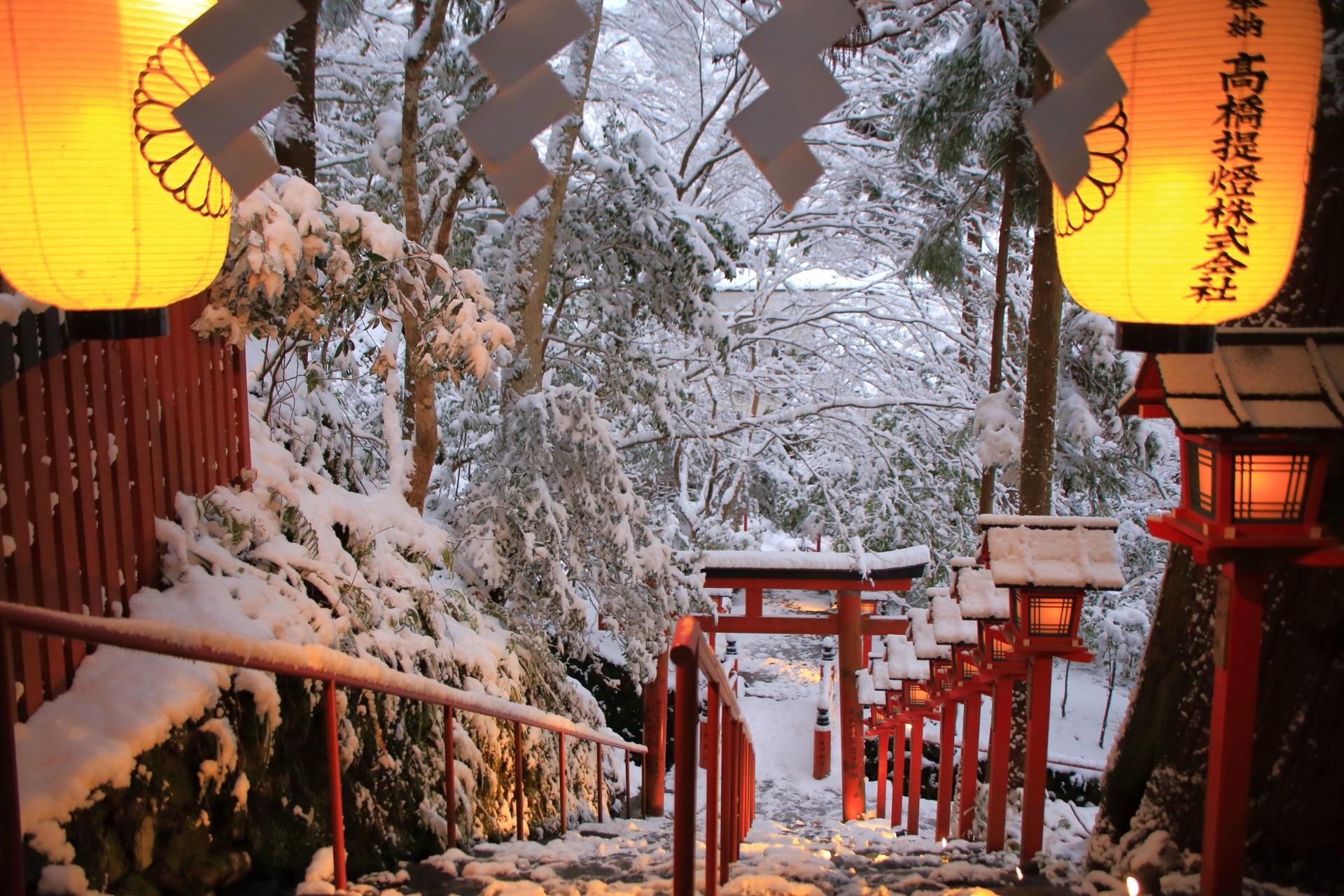 貴船神社の提灯と雪につつまれる石段