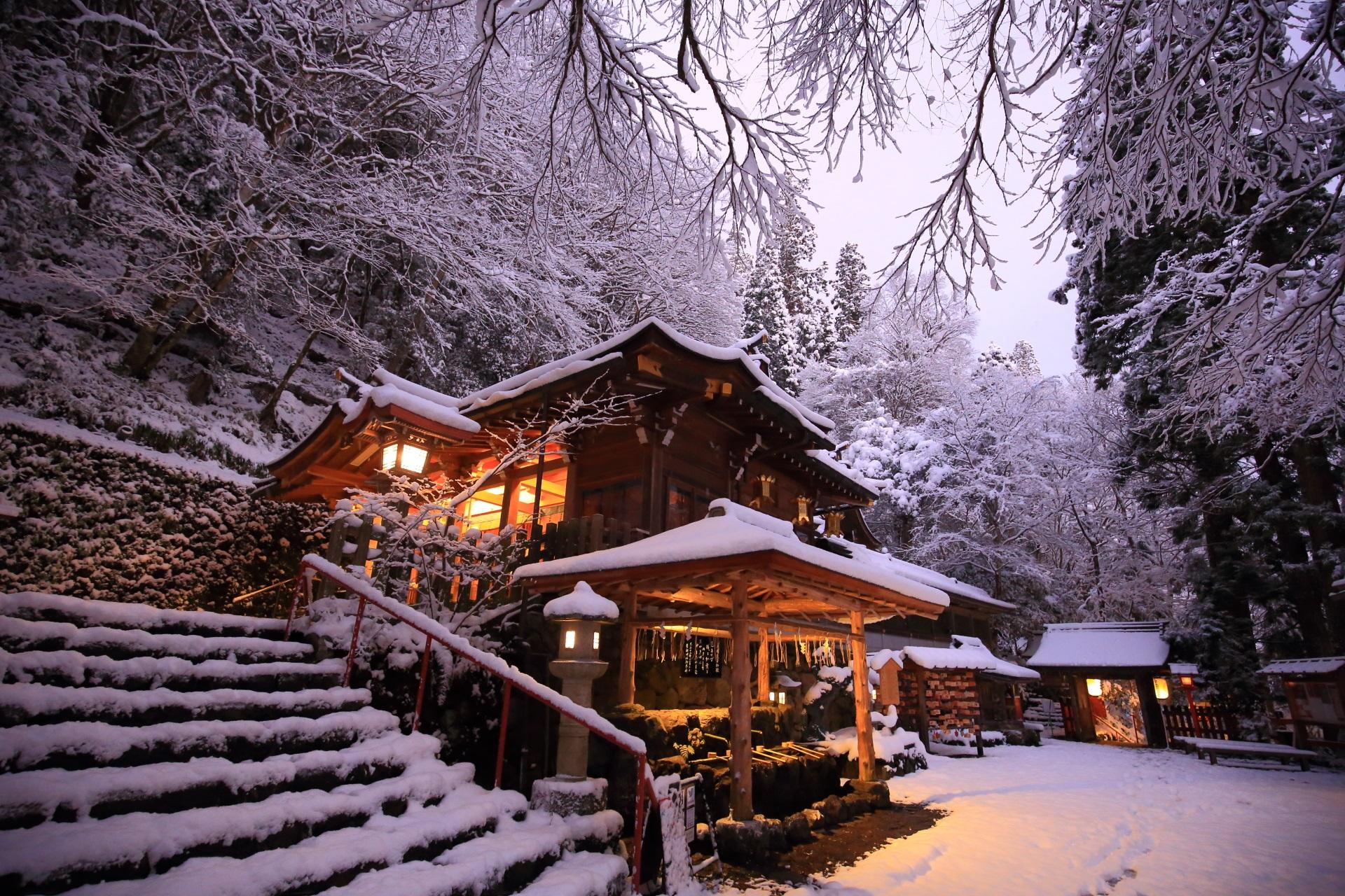 貴船神社の本宮の絶品の雪景色