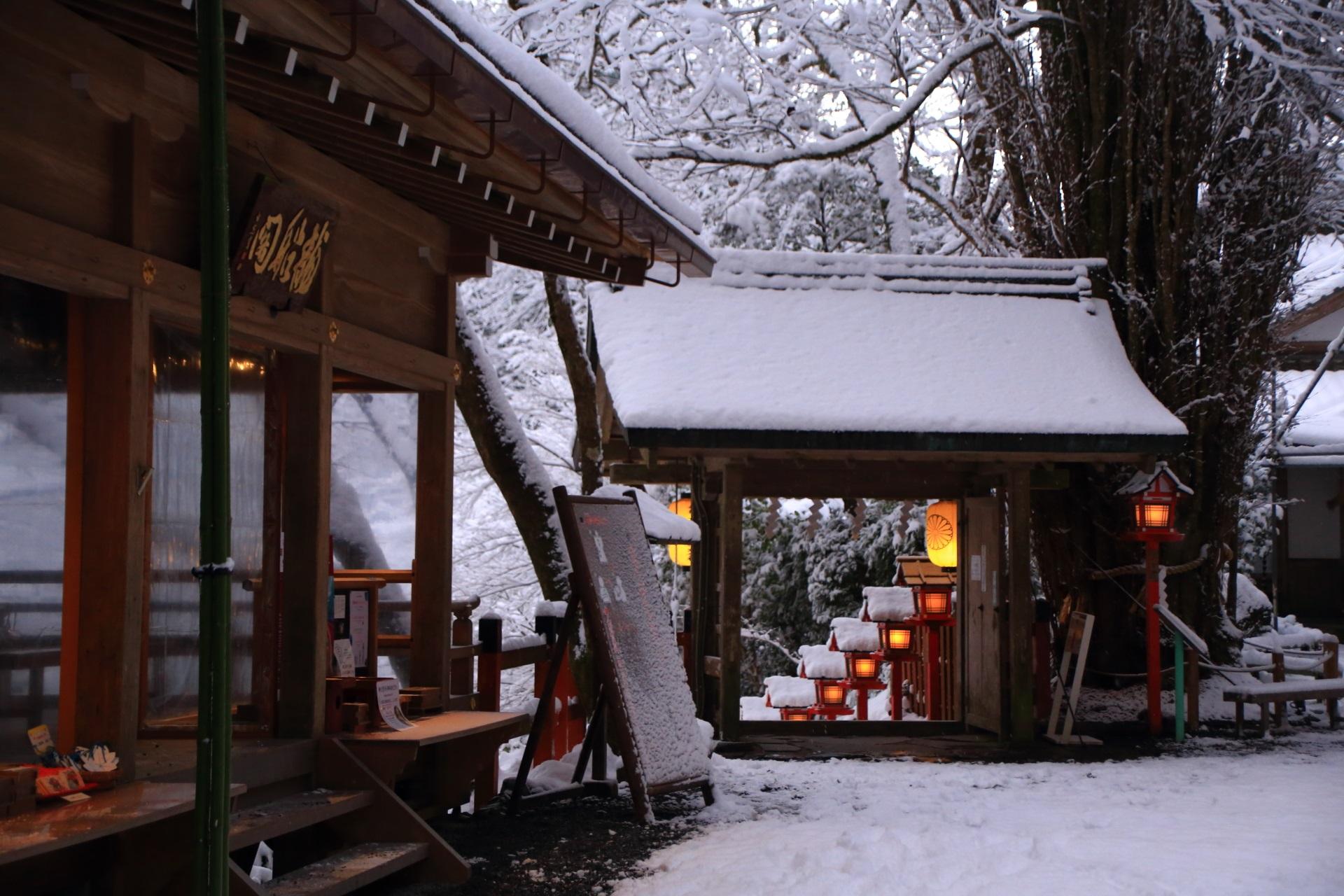 貴船神社の雪につつまれる龍船閣と山門