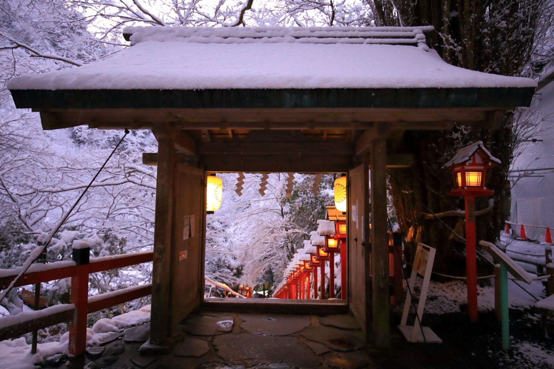 貴船神社の雪をかぶった山門