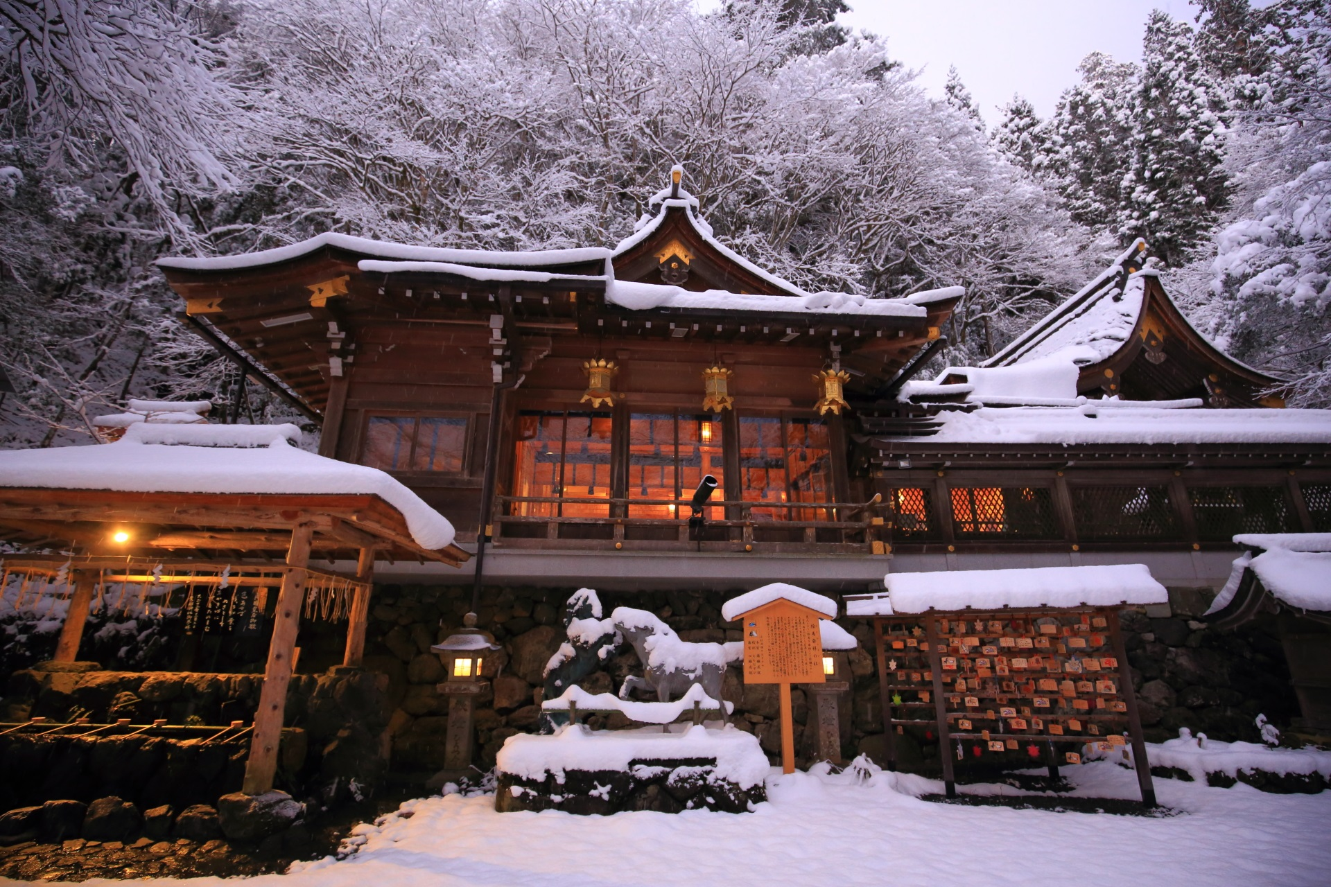 貴船神社の本宮の雪景色