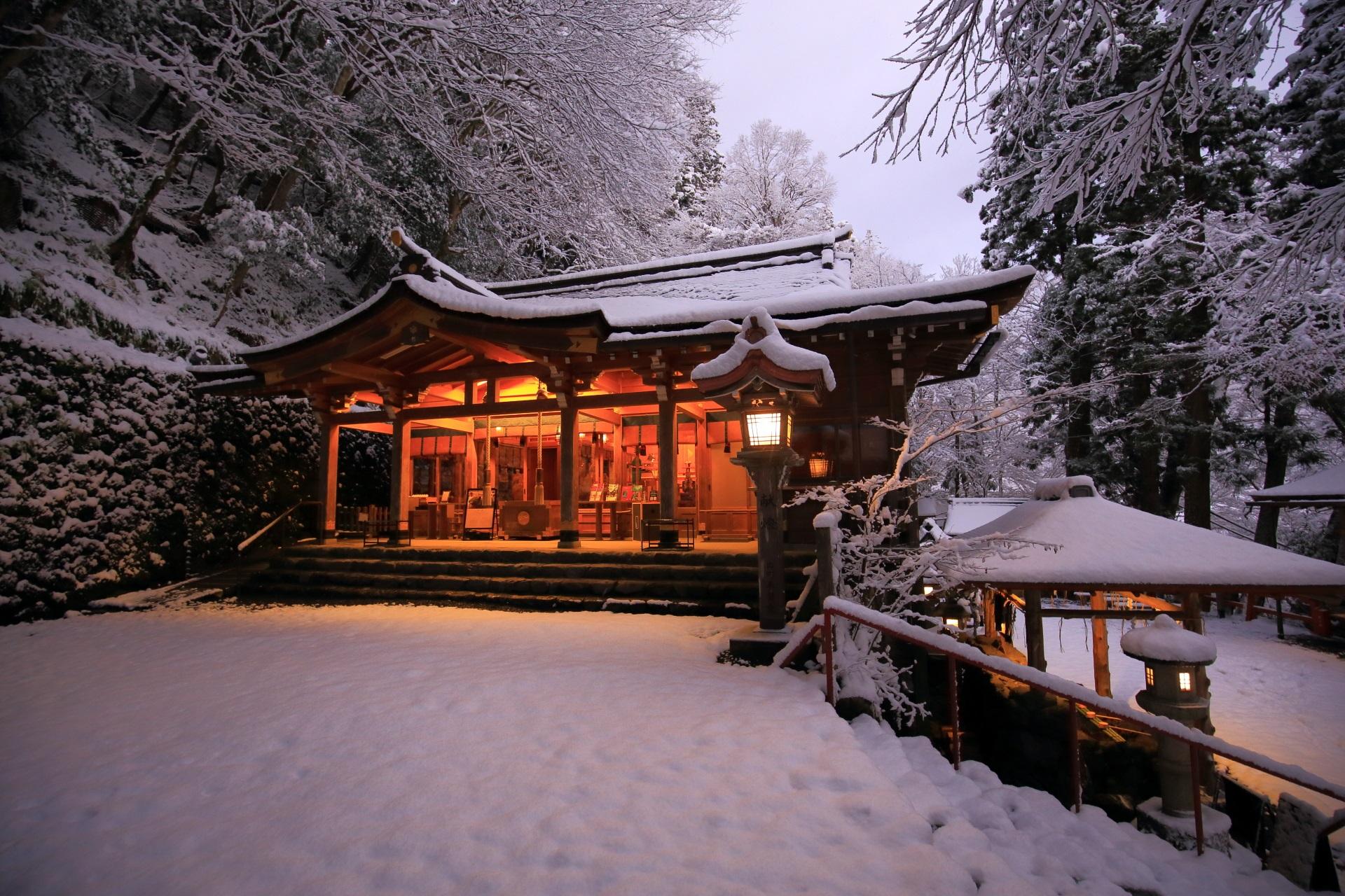 雪の中に佇む貴船神社の本宮