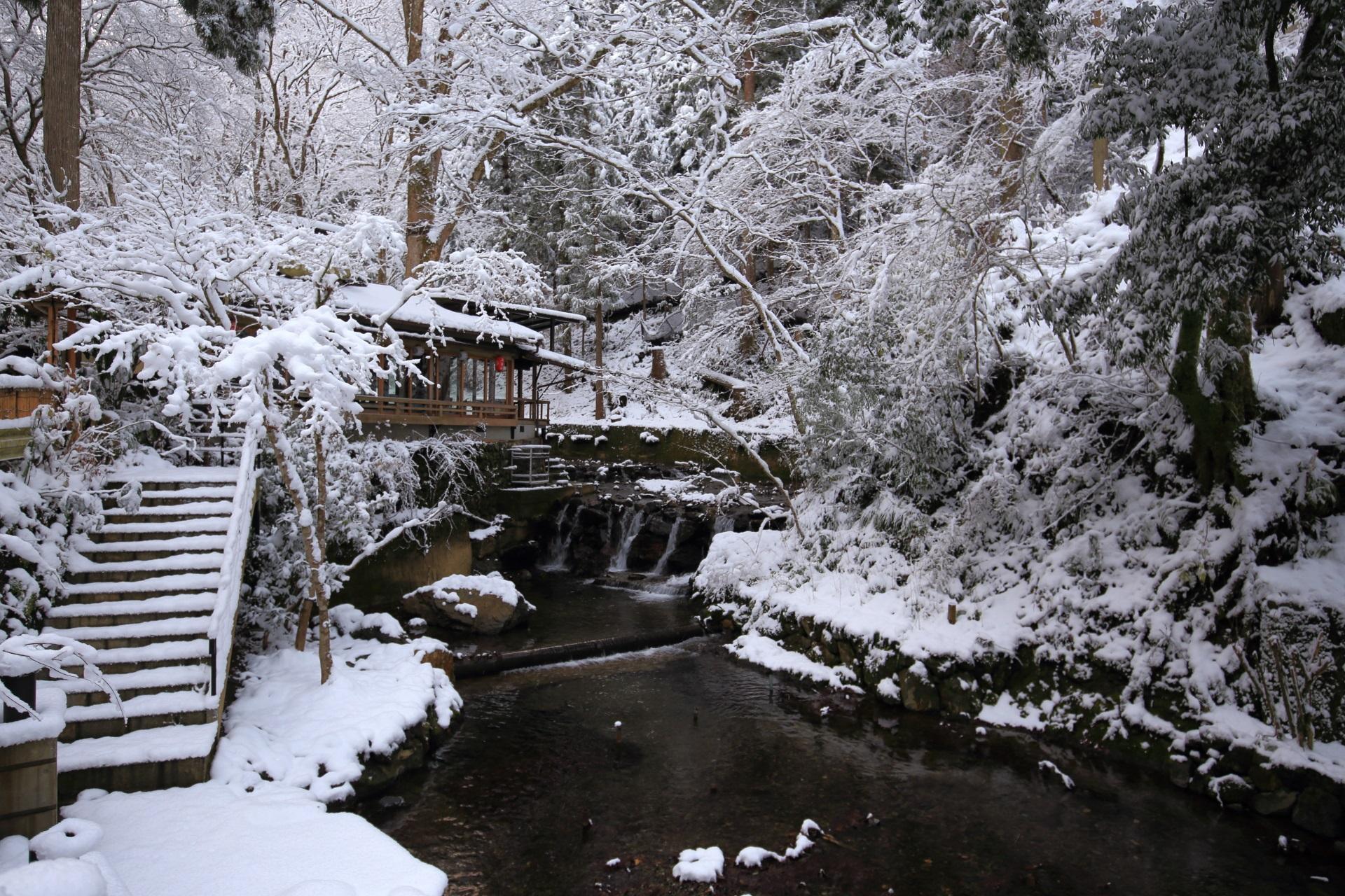 貴船川の風情ある雪景色