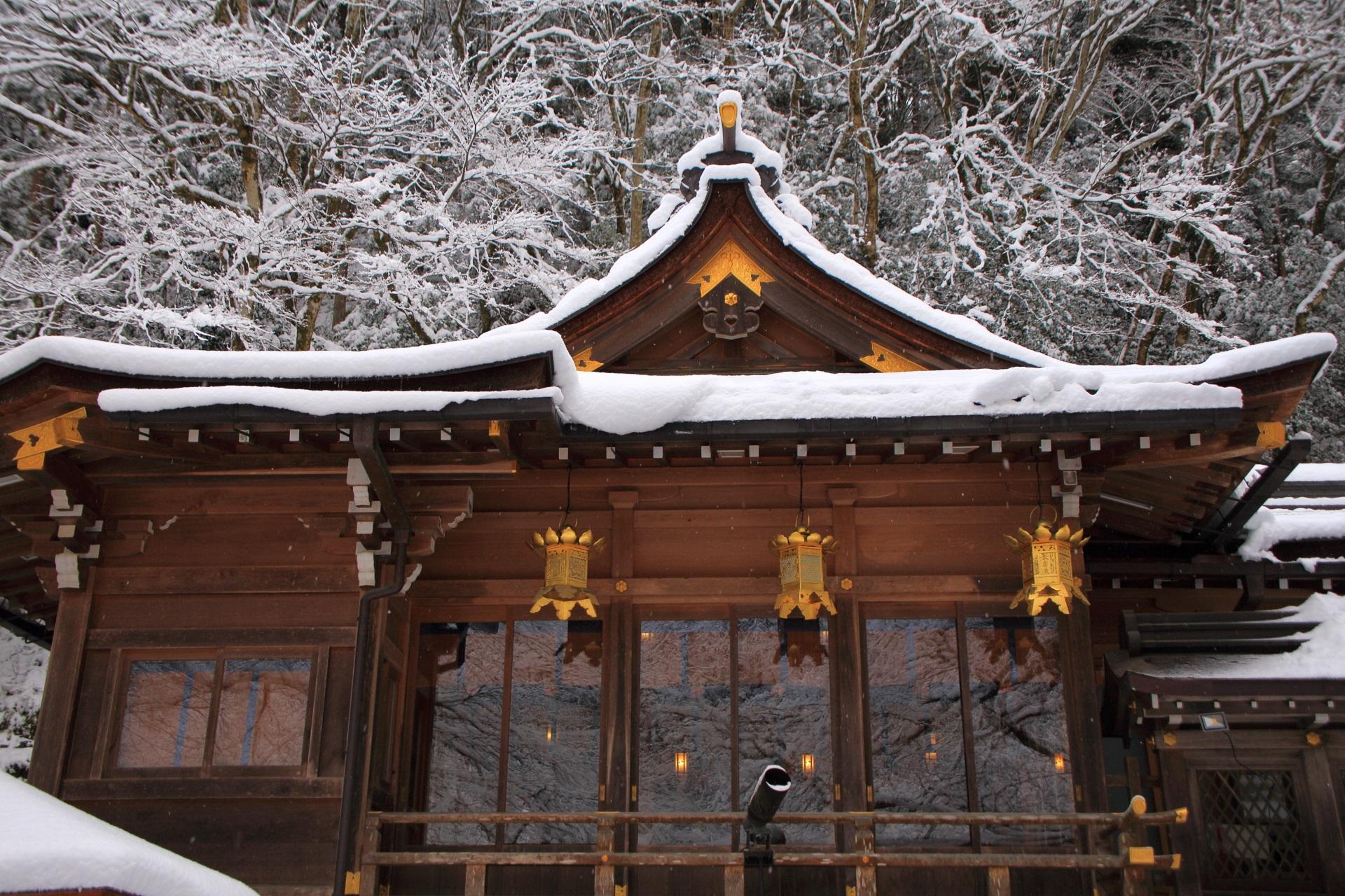 貴船神社の本宮のガラスが映す雪景色
