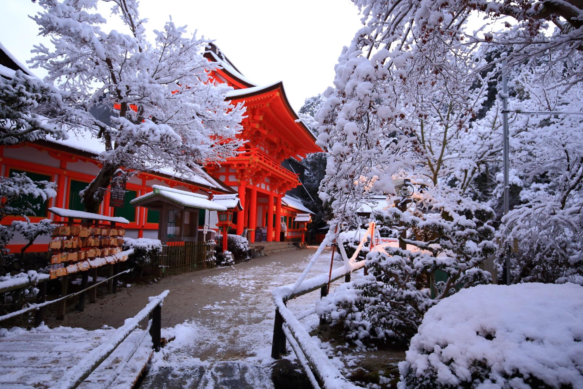だいぶ日が昇って明るくなった上賀茂神社の楼門付近の雪景色