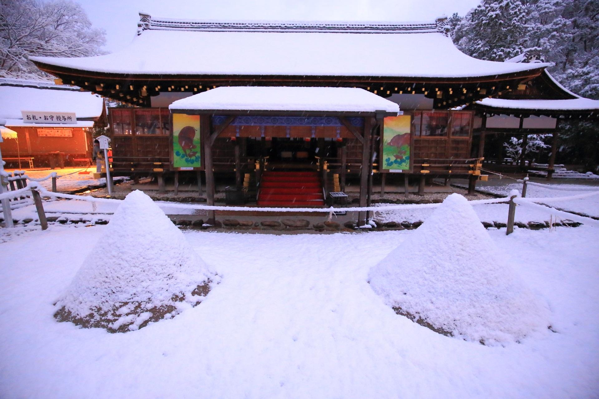 上賀茂神社の細殿と立砂の上品な雪景色