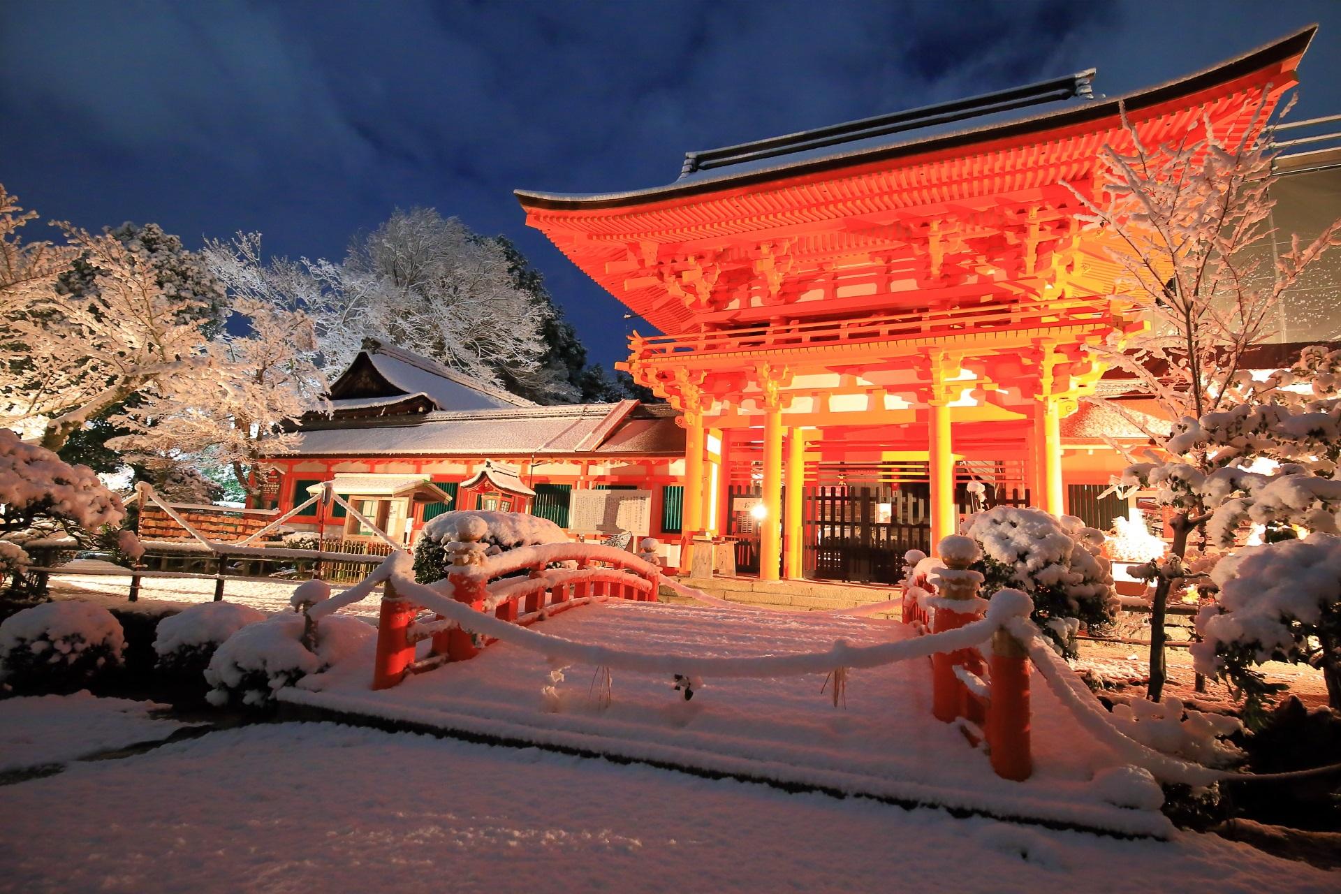 上賀茂神社の楼門の絶品の雪景色