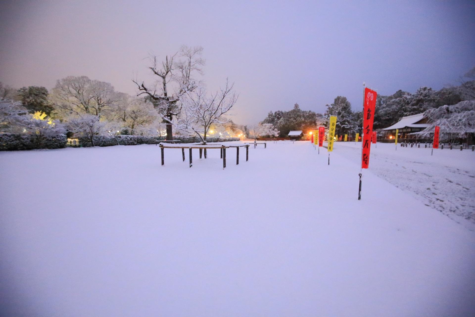 上賀茂神社の夜明け前の白銀の境内