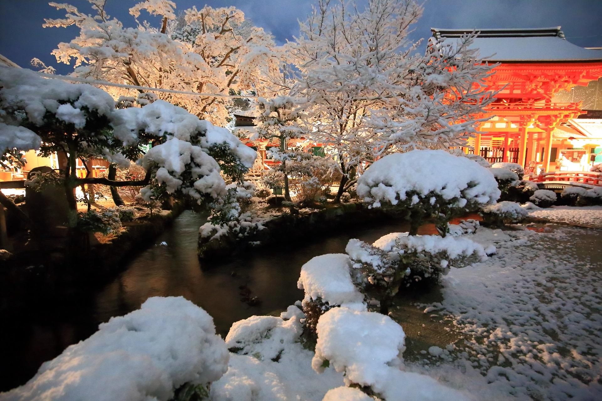 上賀茂神社の雪に染まる御手洗川と楼門