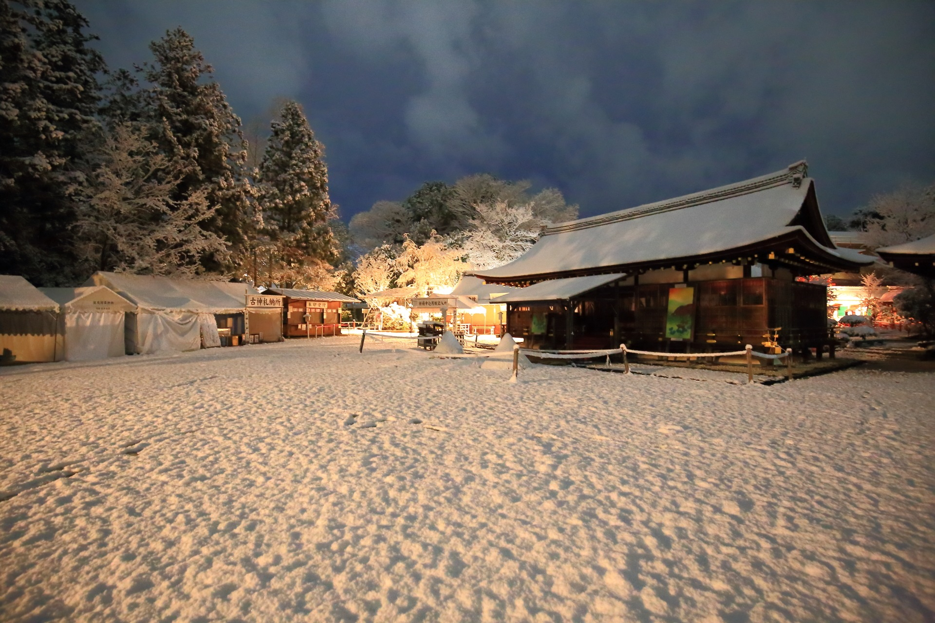 雪に染まる上賀茂神社の神秘的な細殿と木々