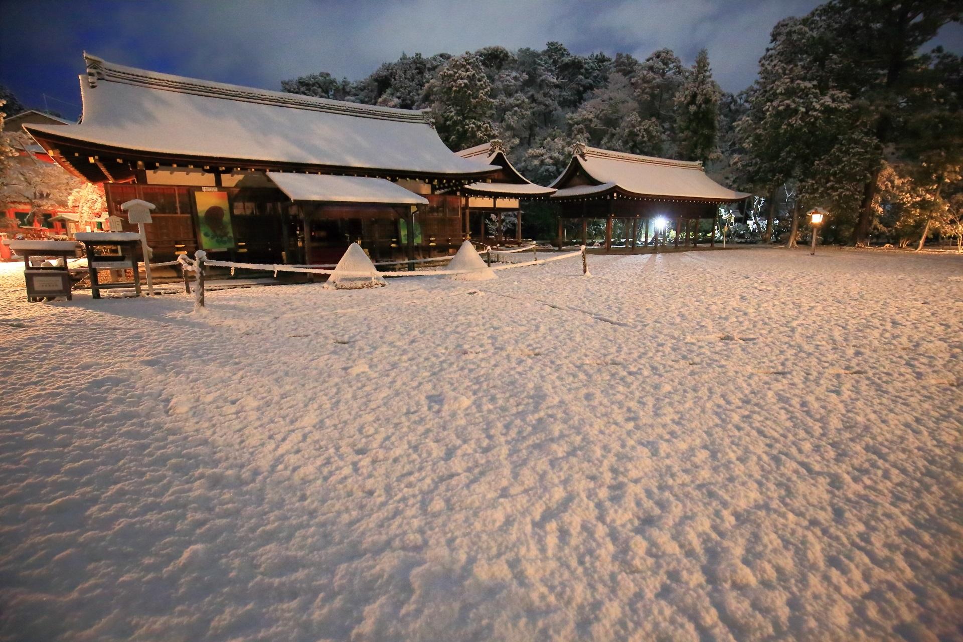 上賀茂神社の夜明け前の細殿(拝殿)と土舎の雪景色