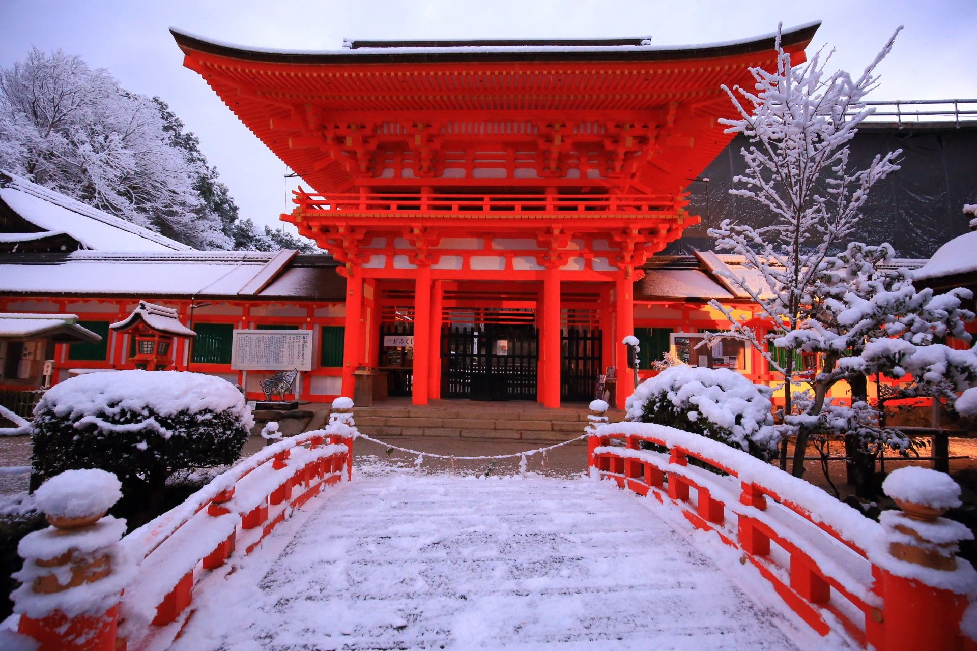 上賀茂神社の楼門とその前に架かる玉橋の雪景色