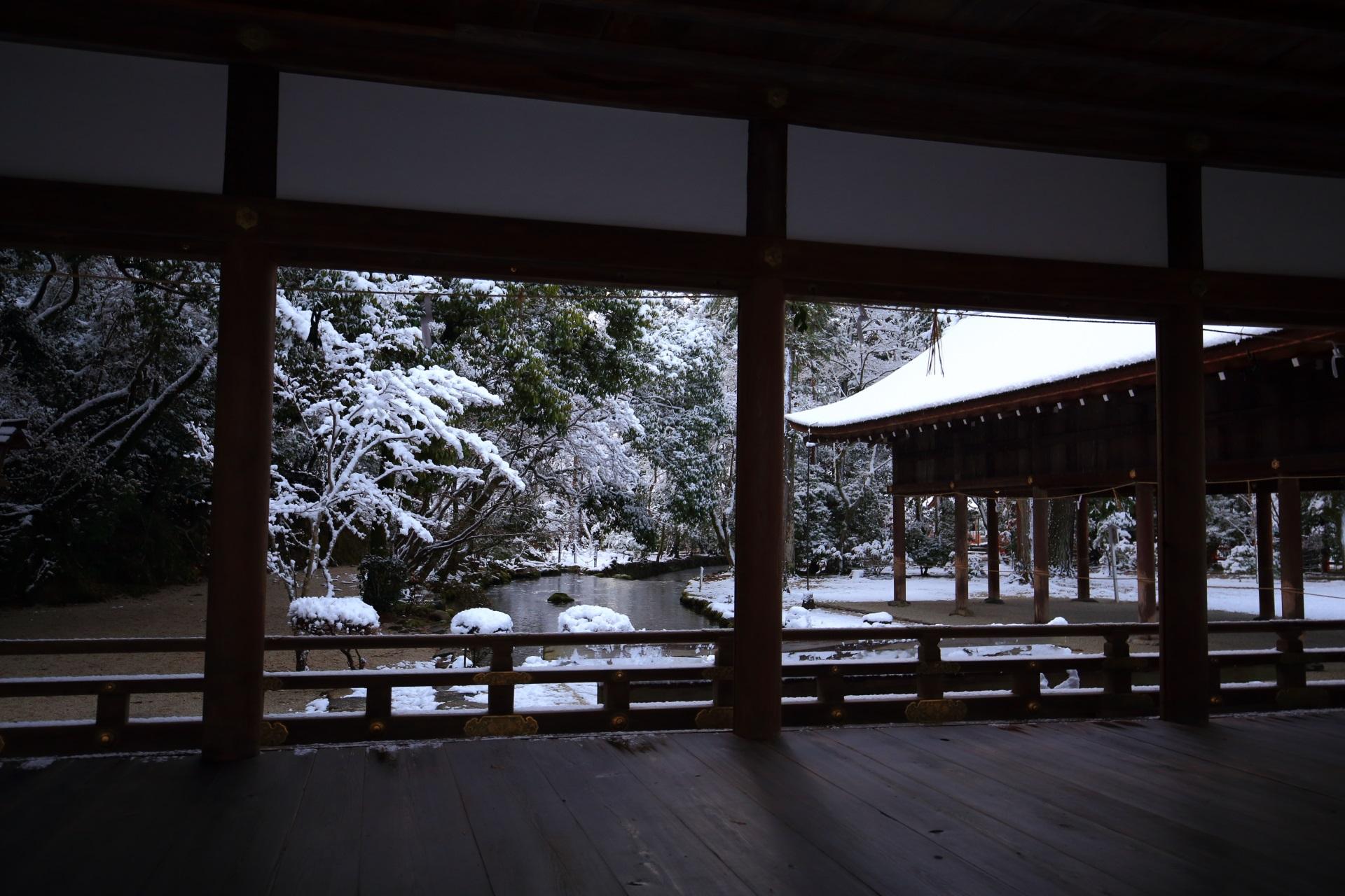 上賀茂神社の橋殿の額縁の雪景色
