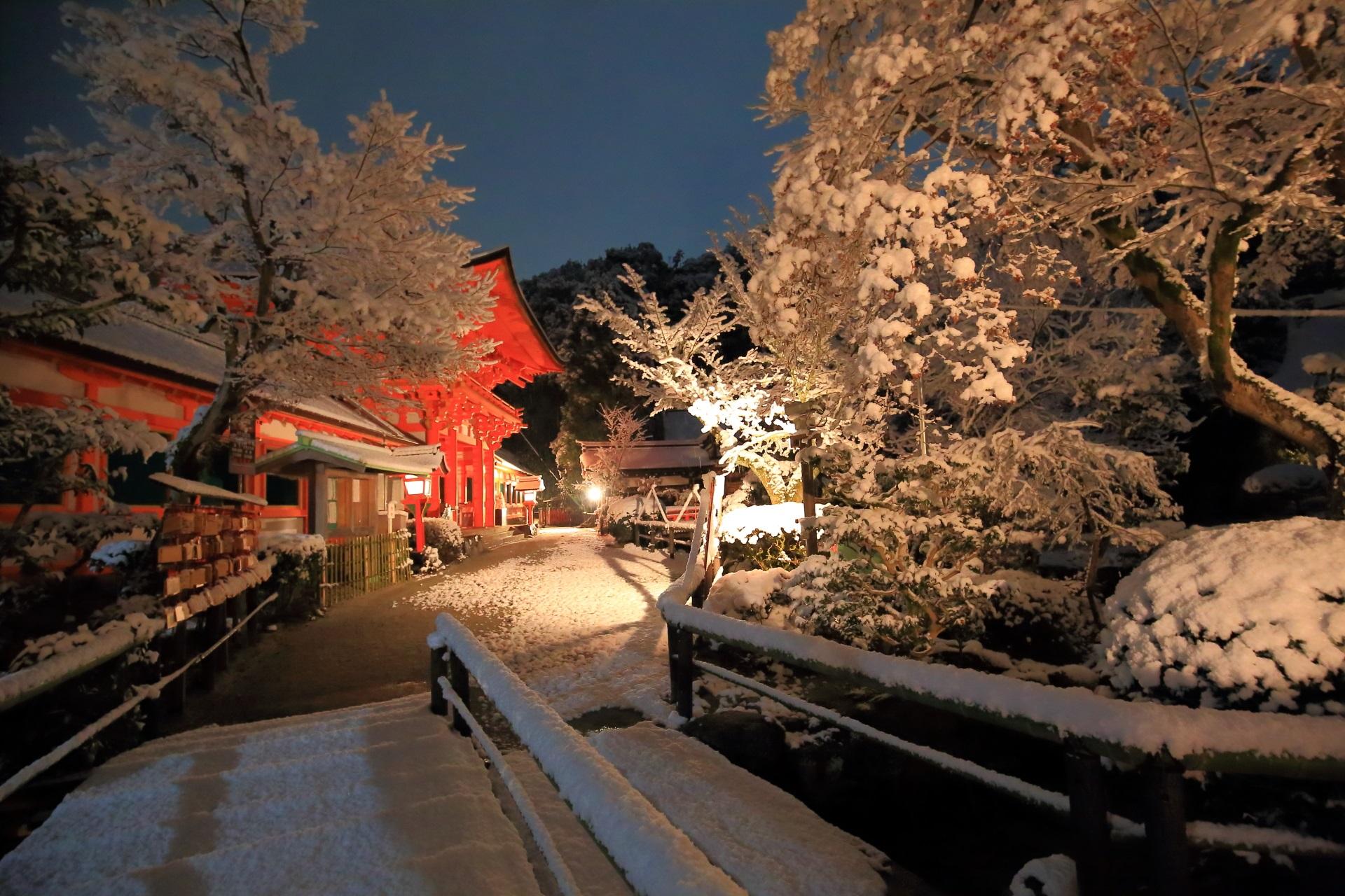 上賀茂神社の白い雪の中で映える朱色の楼門