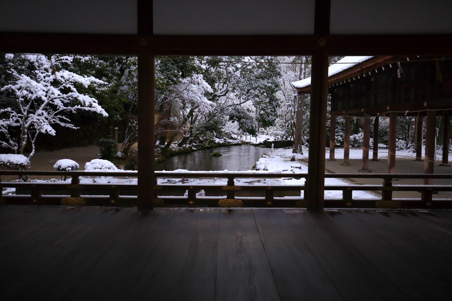 上賀茂神社の橋殿越しに眺めた御手洗川の雪景色