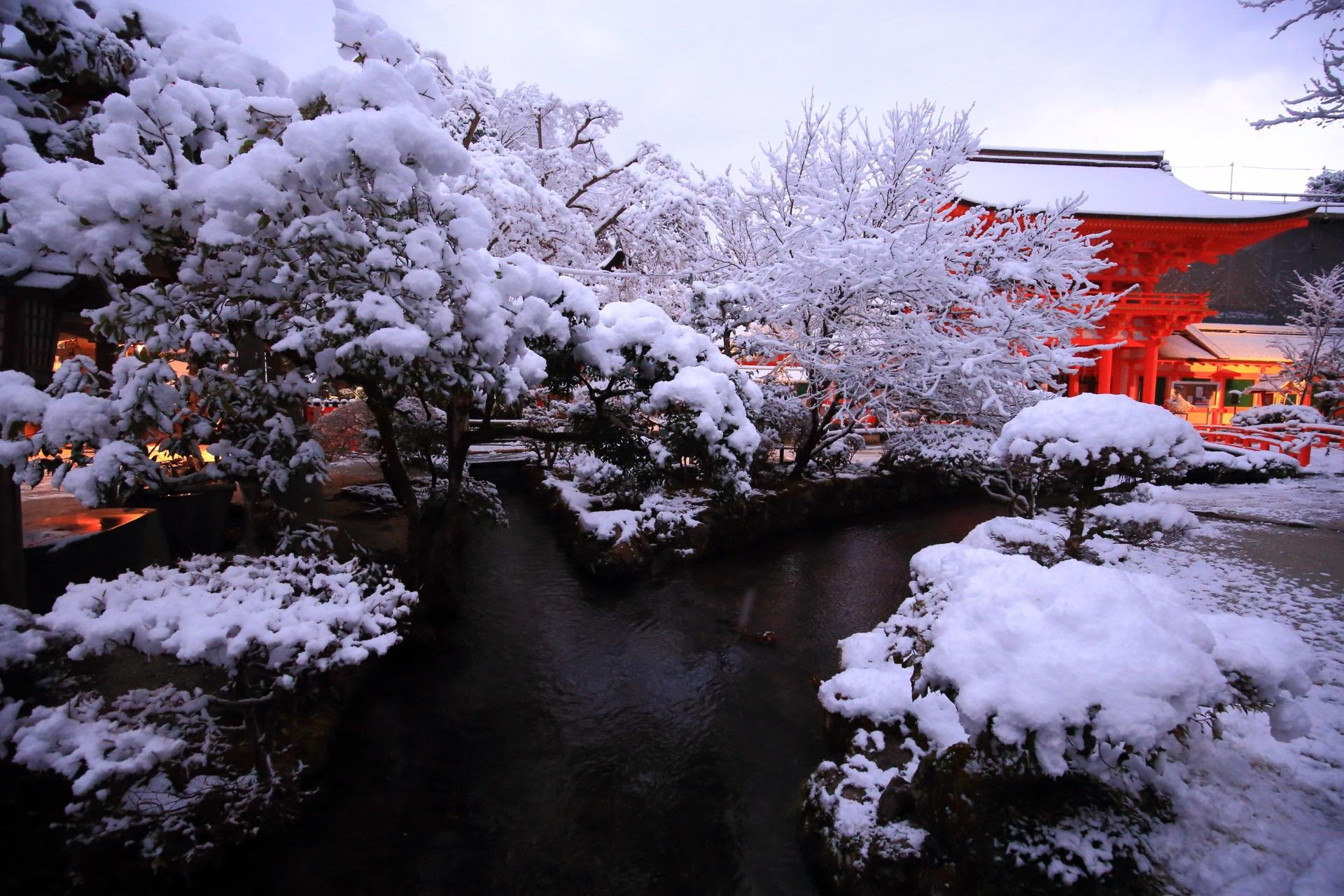 上賀茂神社の御手洗川と楼門の雪景色