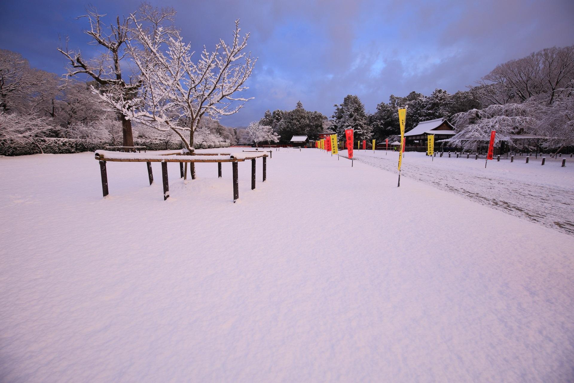 上賀茂神社の青空の下の真っ白な雪の境内