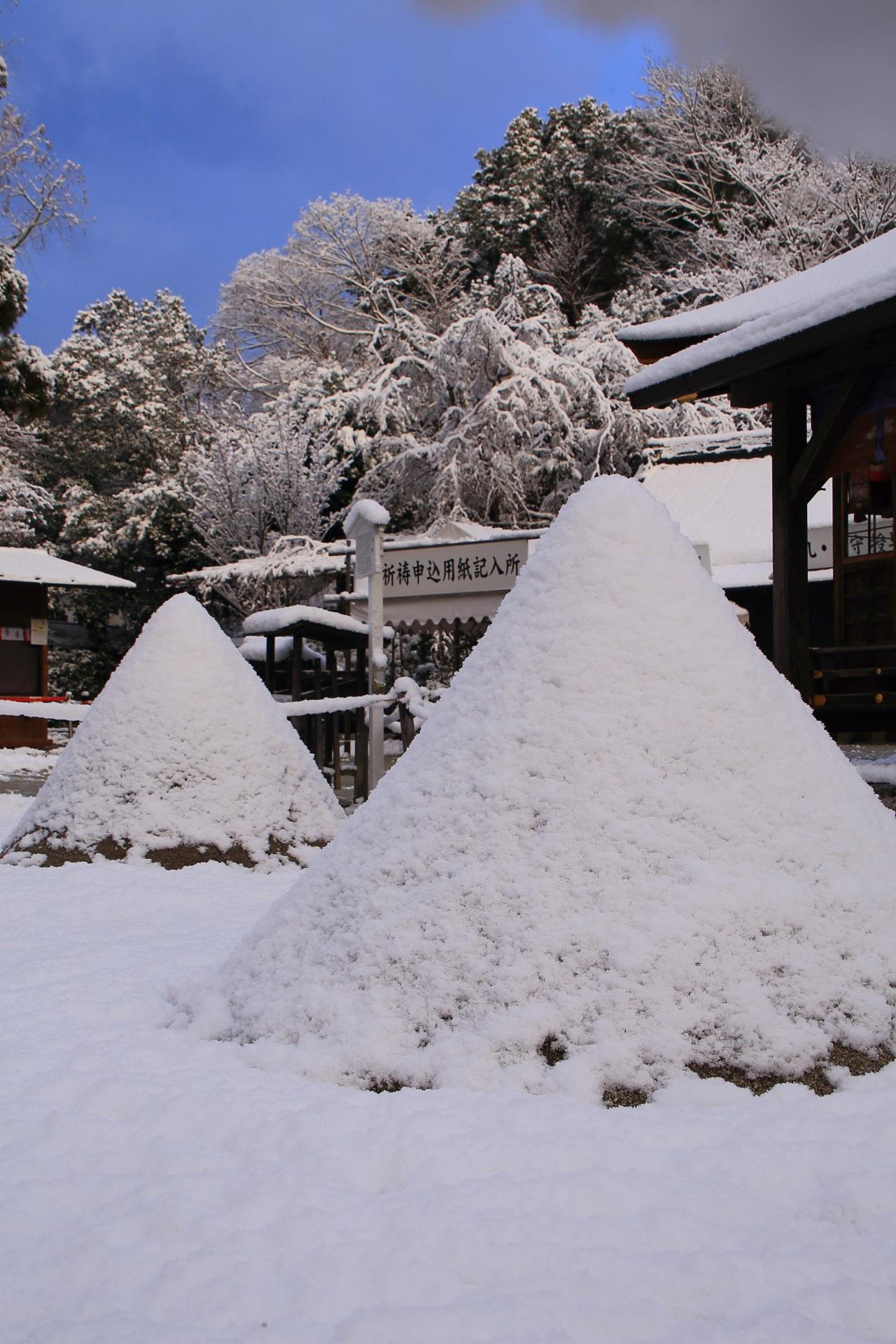 上賀茂神社の白い立砂と木々に咲く雪の花