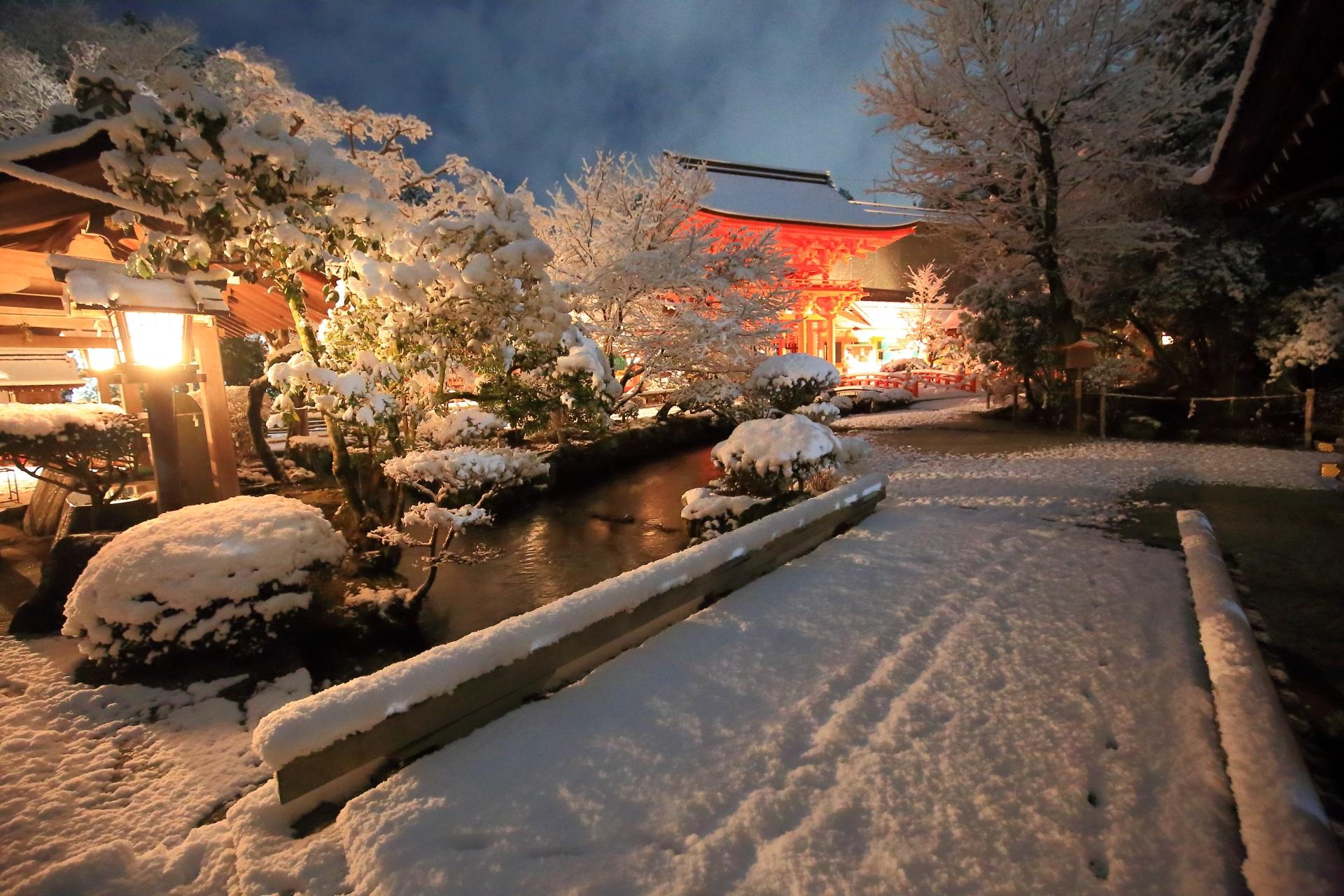 夜明け前の上賀茂神社の御手洗川と楼門の雪景色