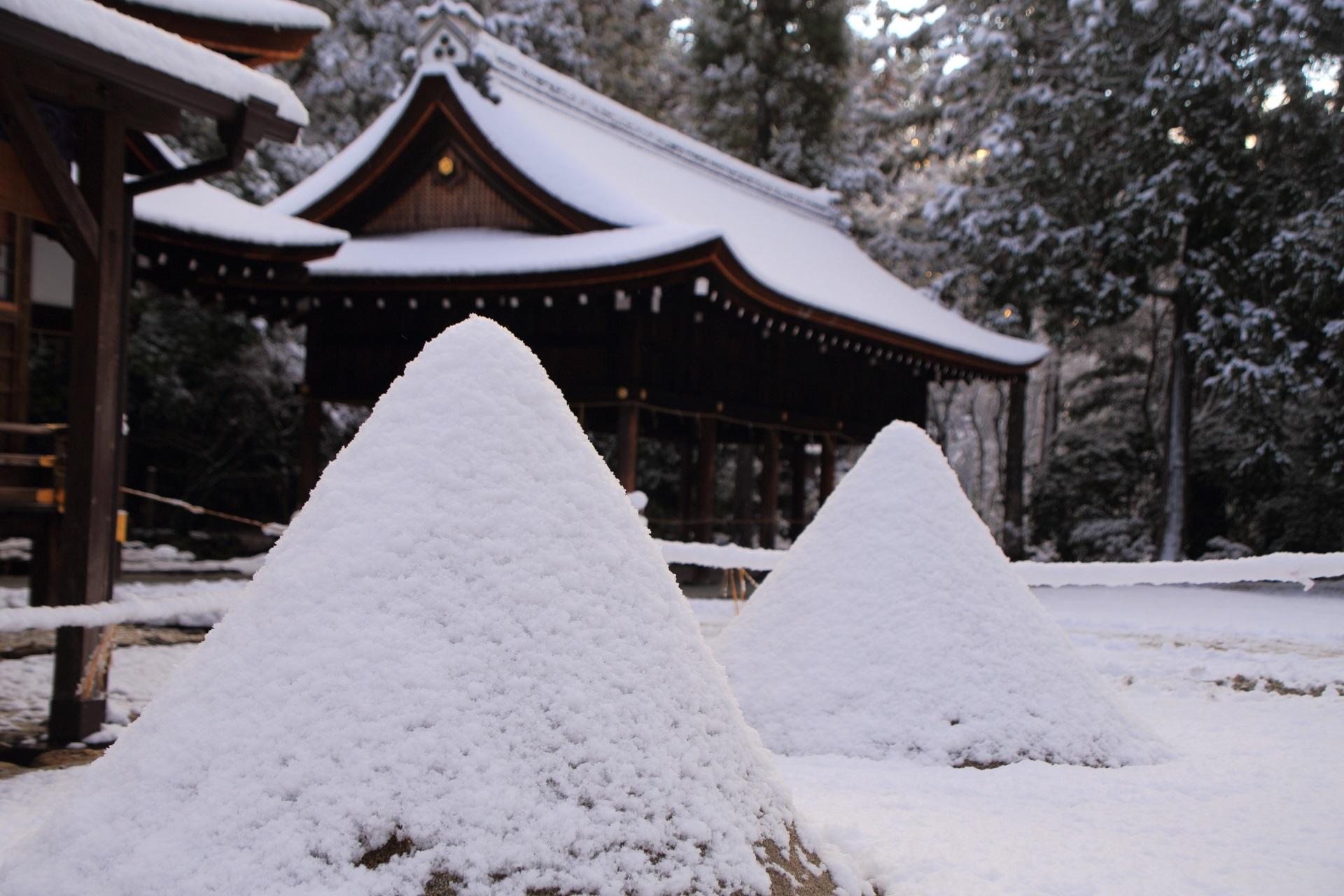 上賀茂神社の立砂の雪