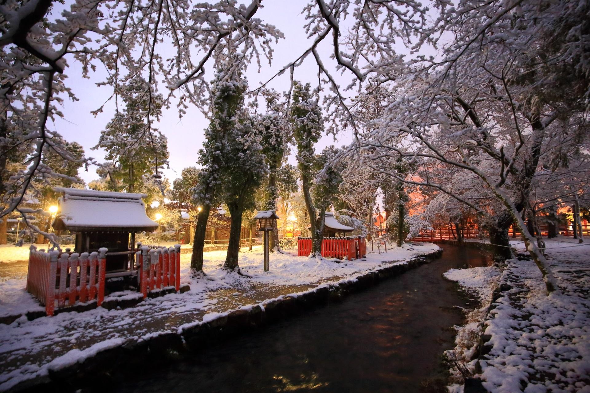 上賀茂神社を流れる「ならの小川」の雪景色