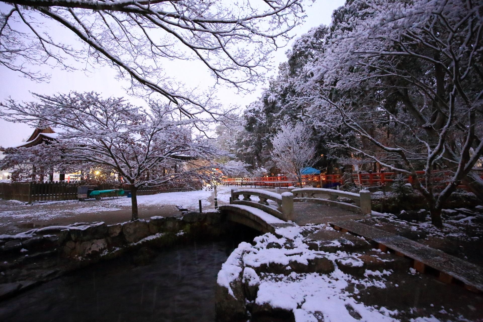 ならの小川の風情ある水辺の冬景色