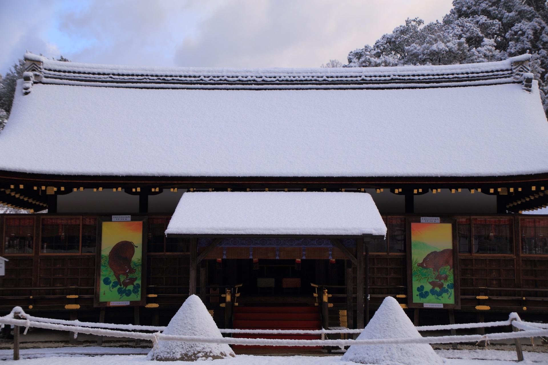 上賀茂神社の雪につつまれた細殿と立砂
