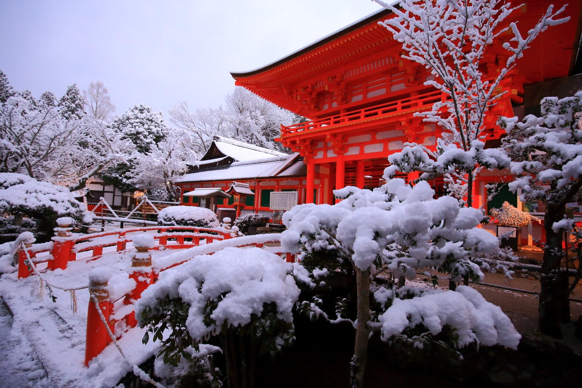 上賀茂神社の朱色の楼門を染める真っ白な雪