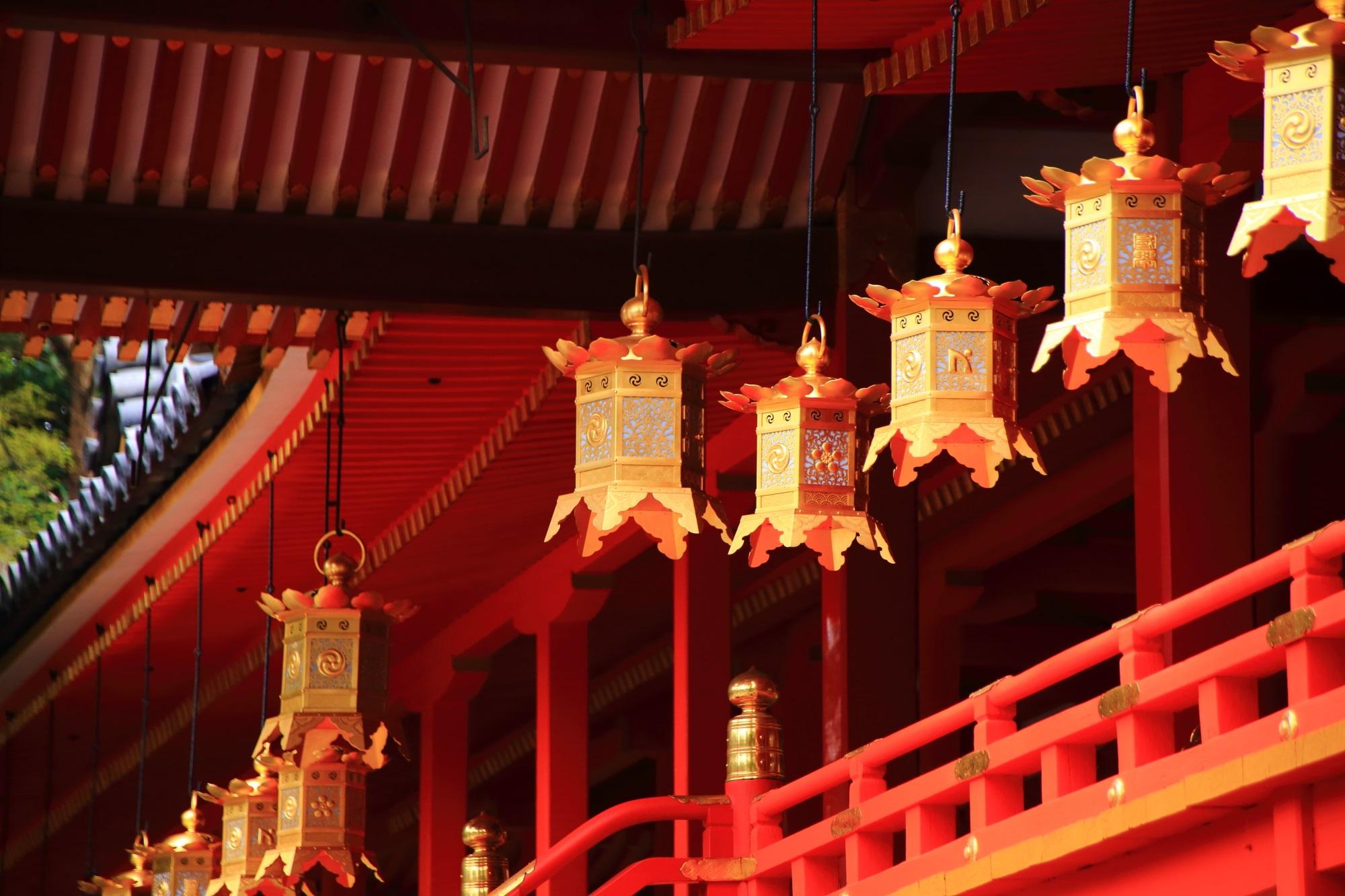本殿に並ぶ煌びやかな金色の吊るし灯篭