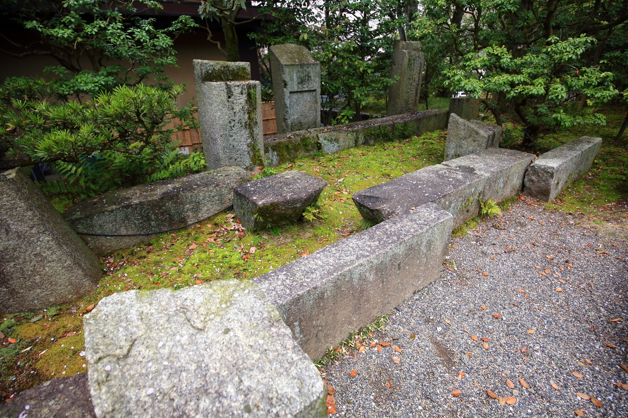 参道の一部分がお庭になっている重森三玲作の「鳩峯寮の庭」という小さな石庭