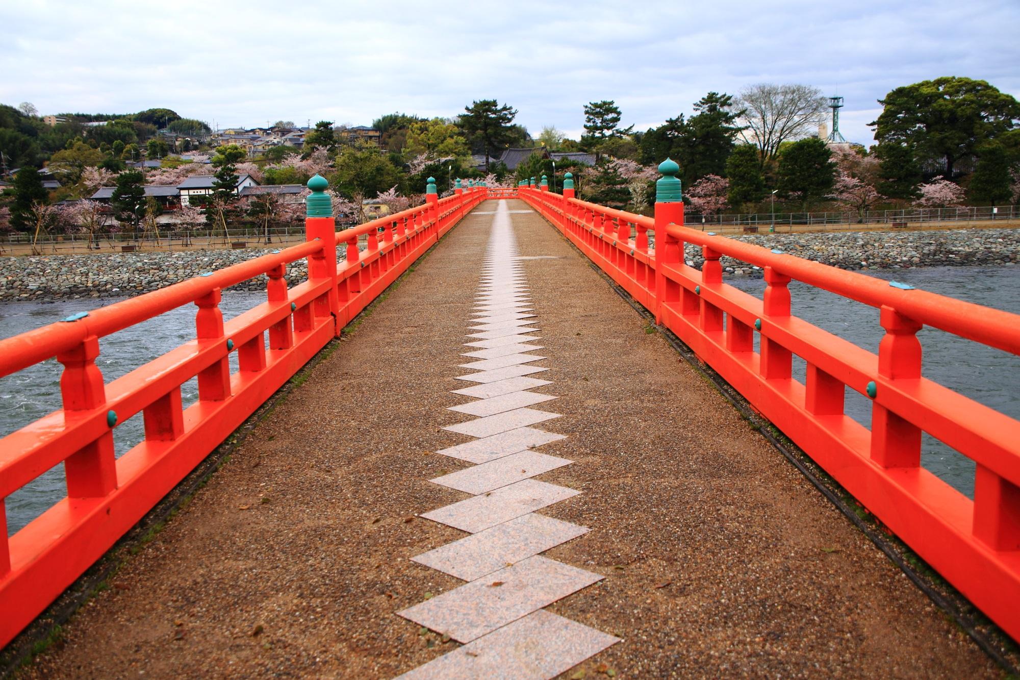朱色の欄干が特徴的な宇治川の名所の朝霧橋
