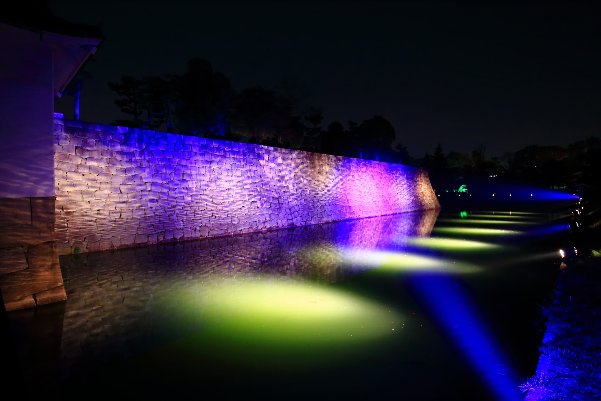 内堀と石垣の幻想的なライトアップ