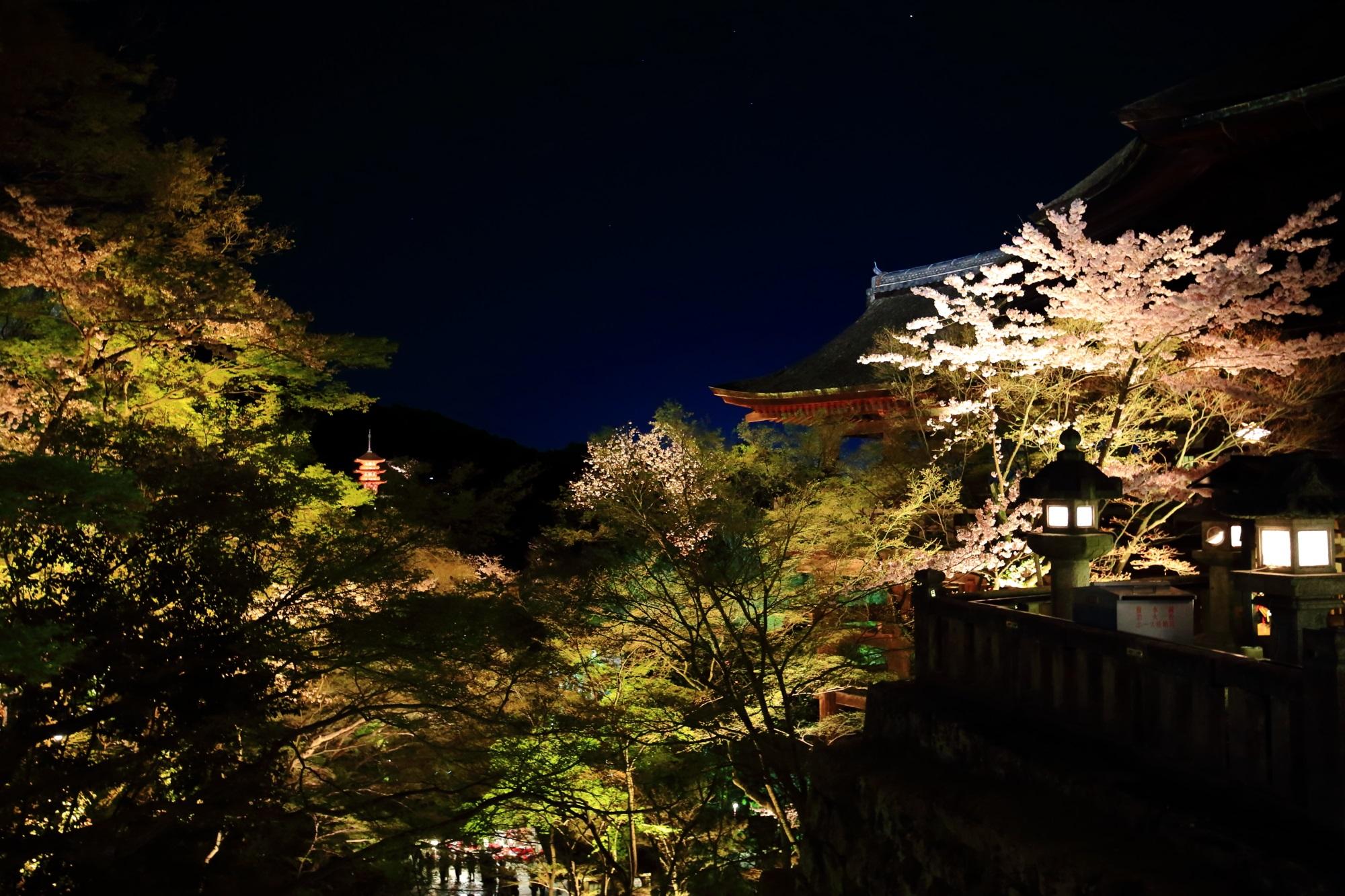 清水寺のライトアップされた本堂と子安塔