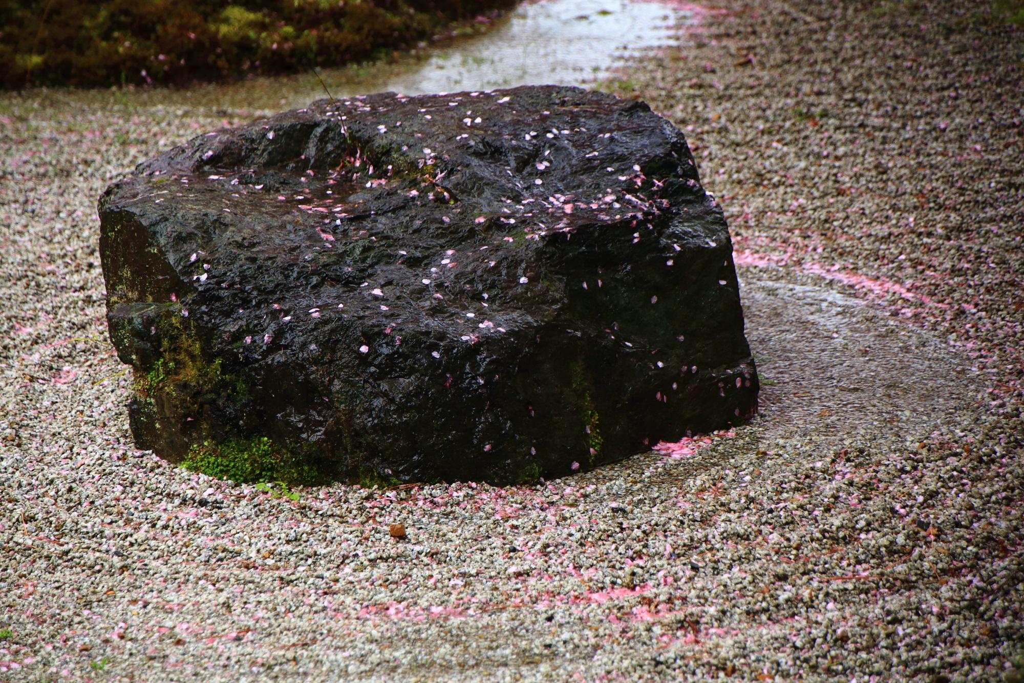 華やかに桜の花びらが散った岩や文様の入った砂