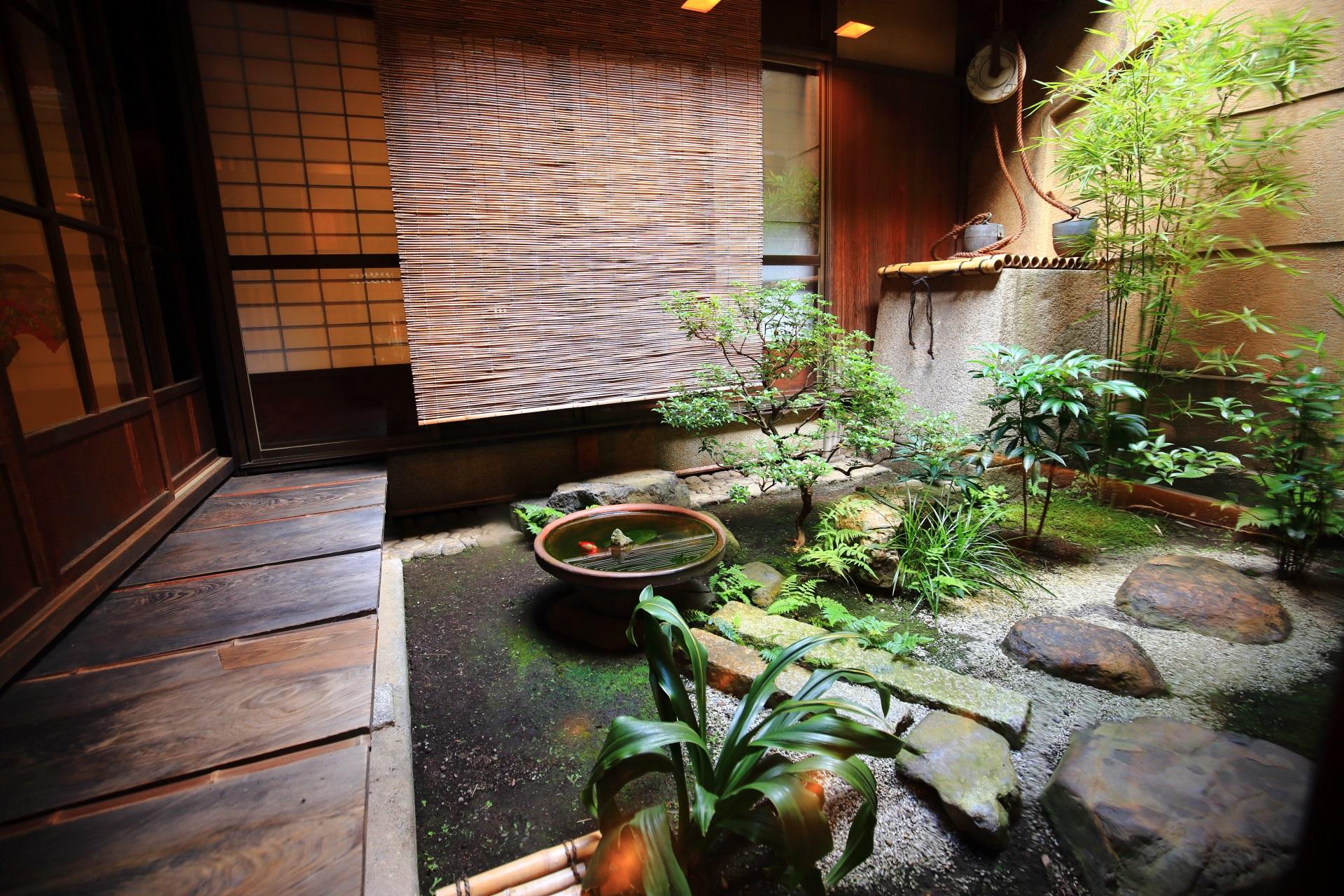 栖園の落ち着いた雰囲気と色合いの中庭