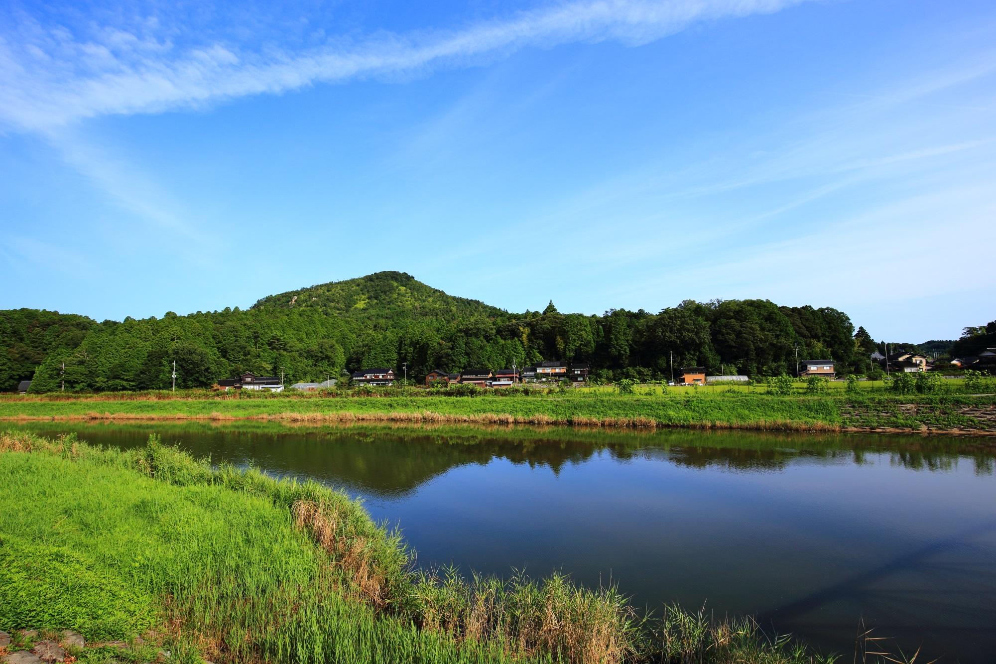 久美浜湾へ流れる「川上谷川」と奥に見える兜山