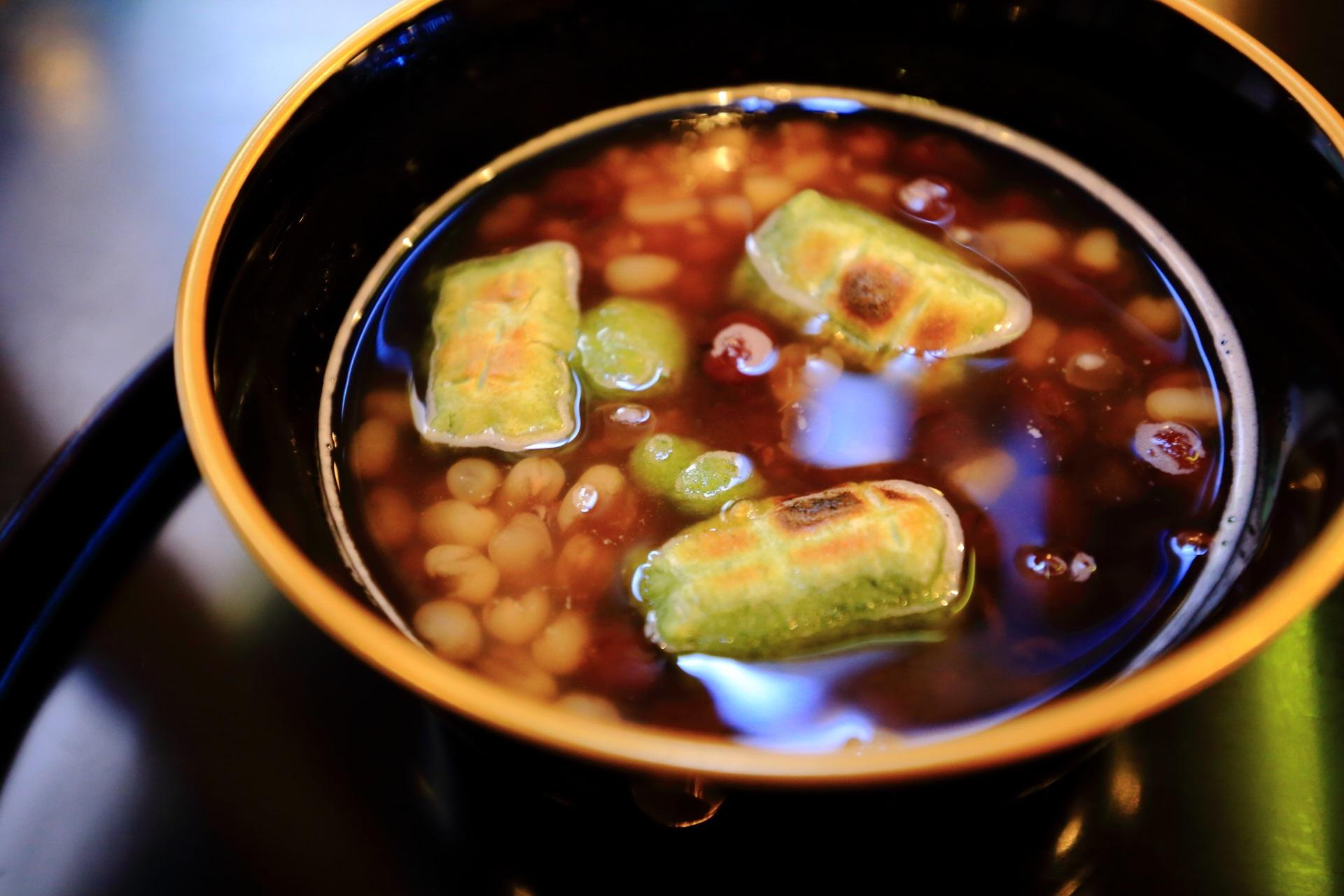 独特の風味がする白小豆と厄除けがあるよもぎ餅の入った特製相生ぜんざい