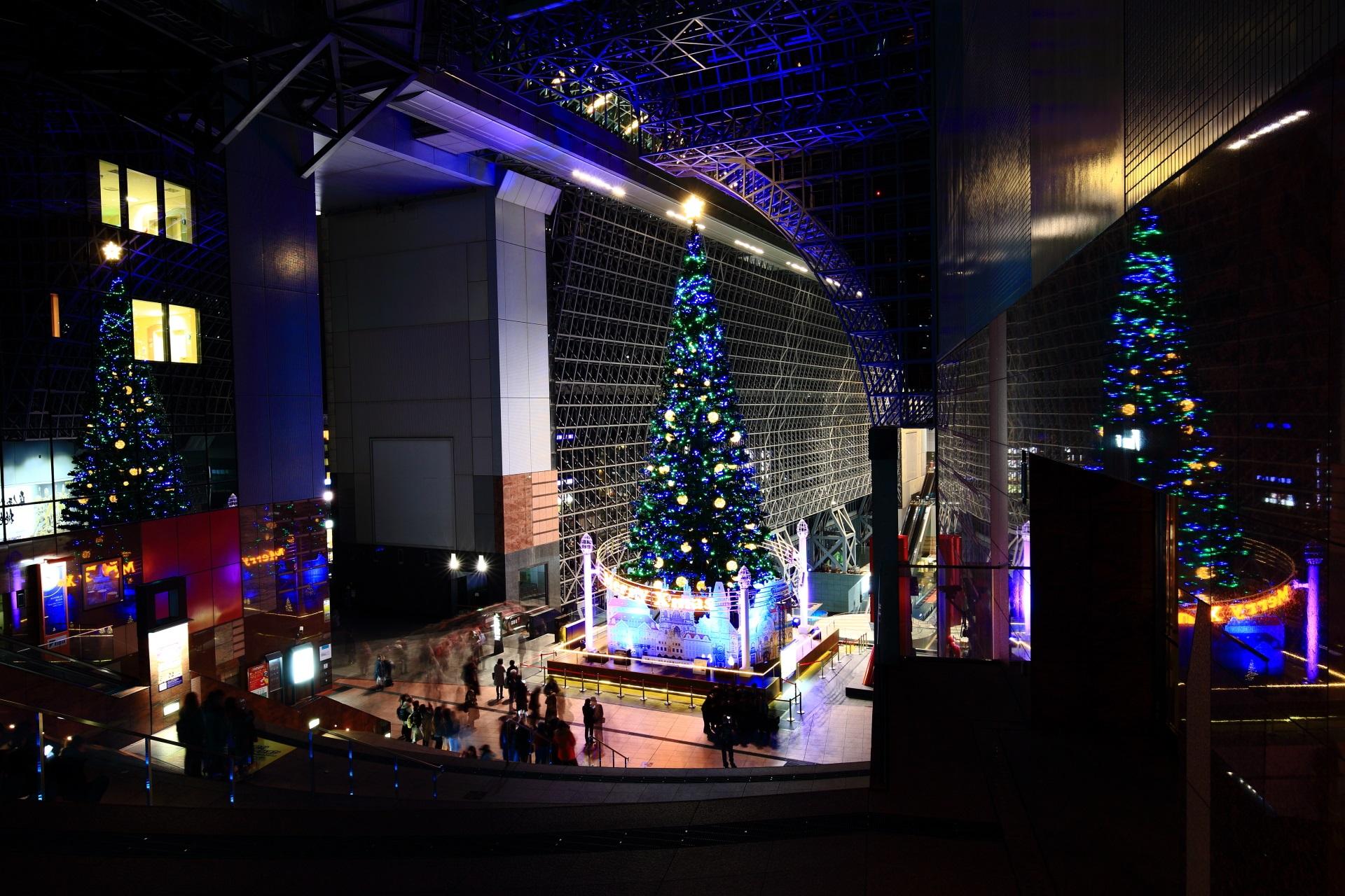 大階段から眺めた巨大クリスマスツリー