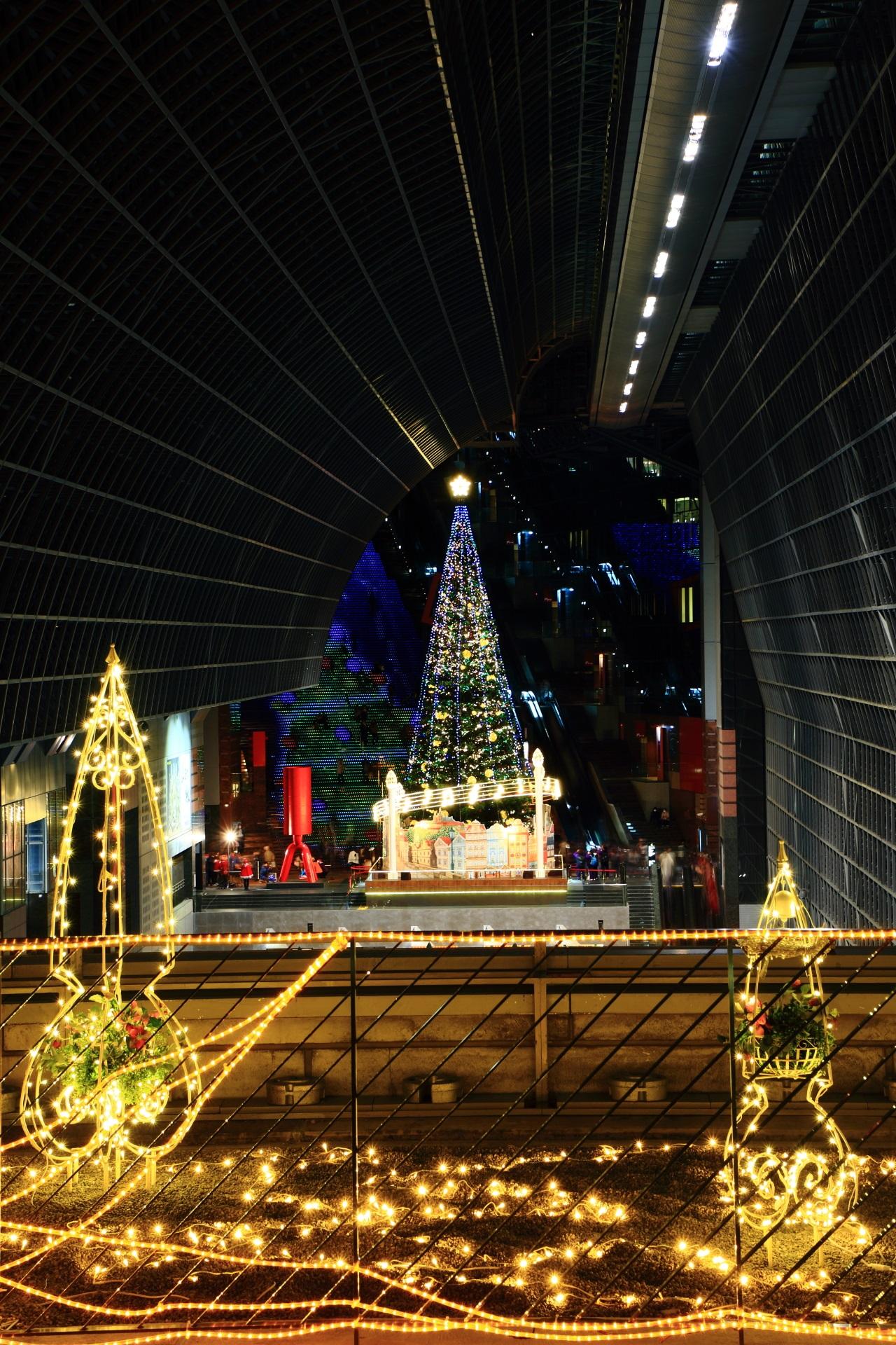 イルミネーションと巨大クリスマスツリー