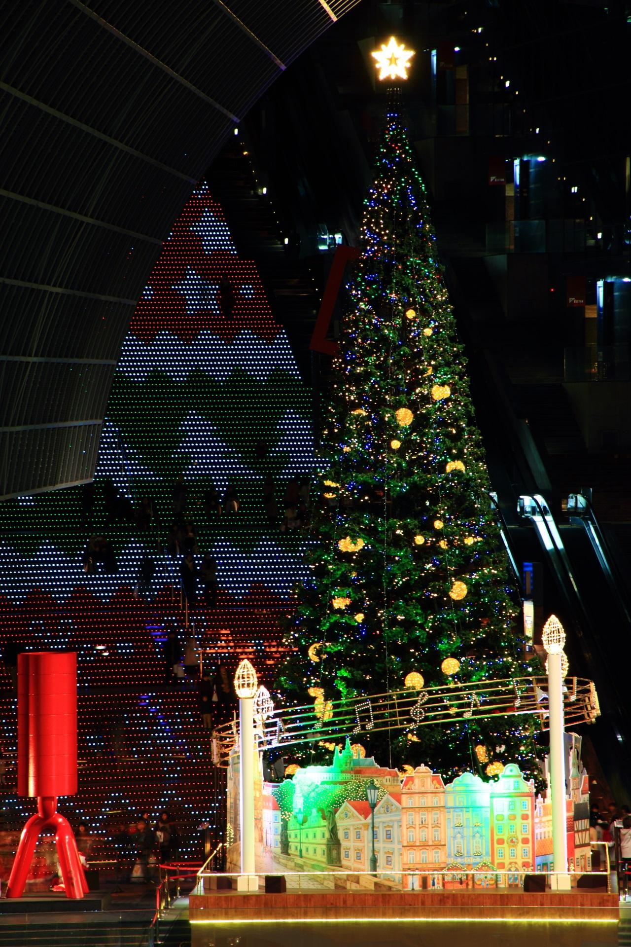 クリスマスカラーの大階段とツリー