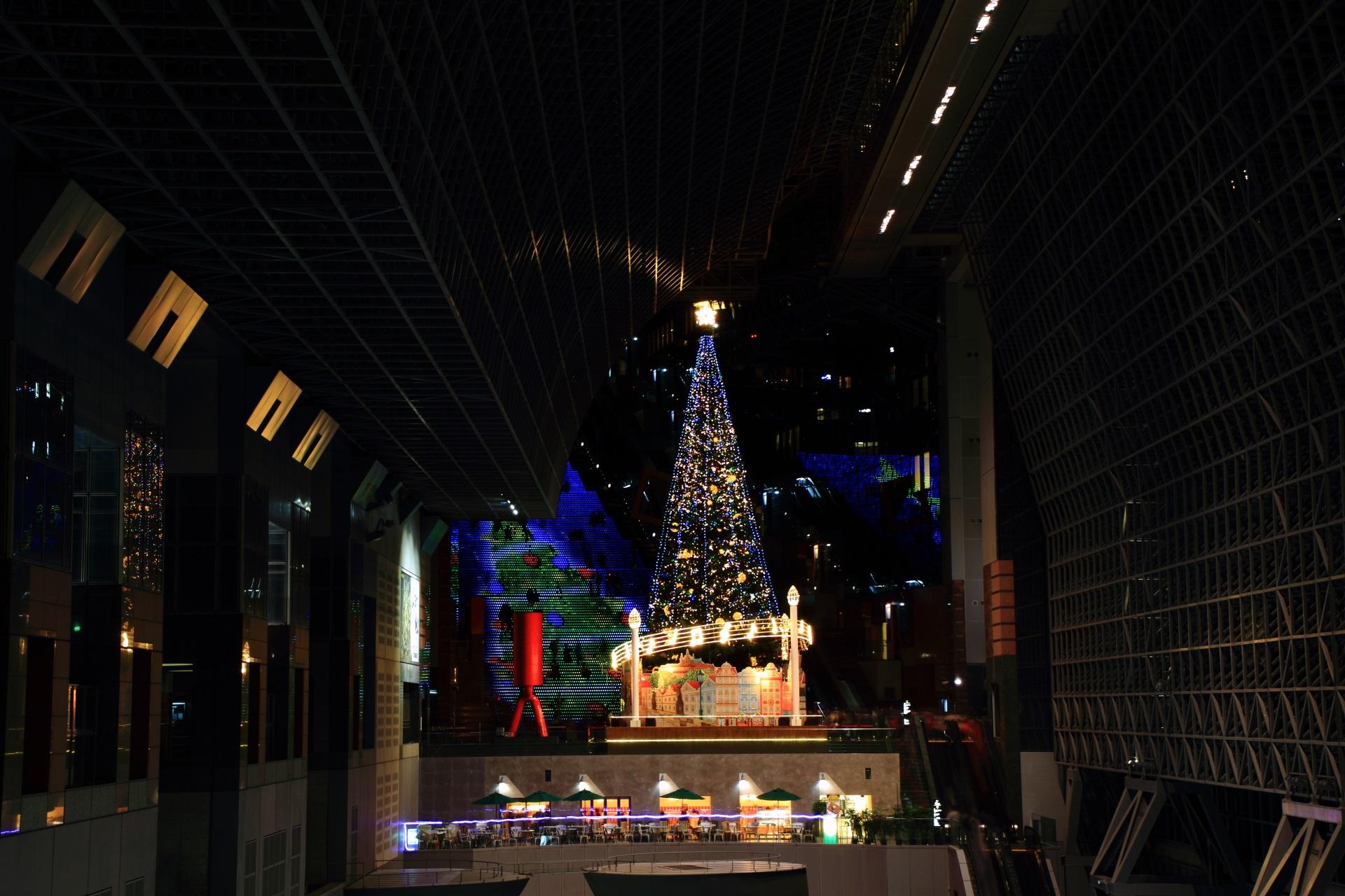 駅ビルの大階段とクリスマスツリー