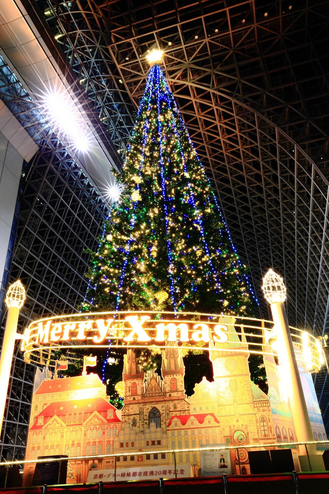 駅ビルの見事な巨大クリスマスツリー