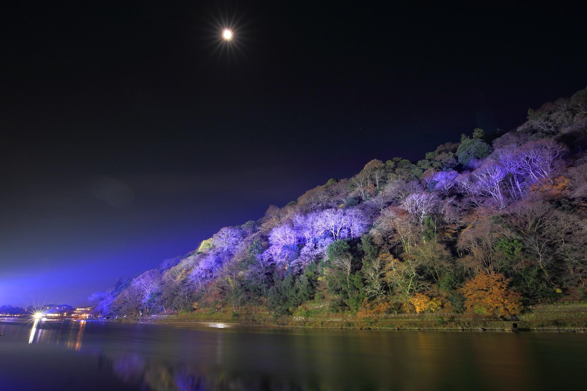嵐山花灯路の幻想的な嵐山と保津川の夜景と月