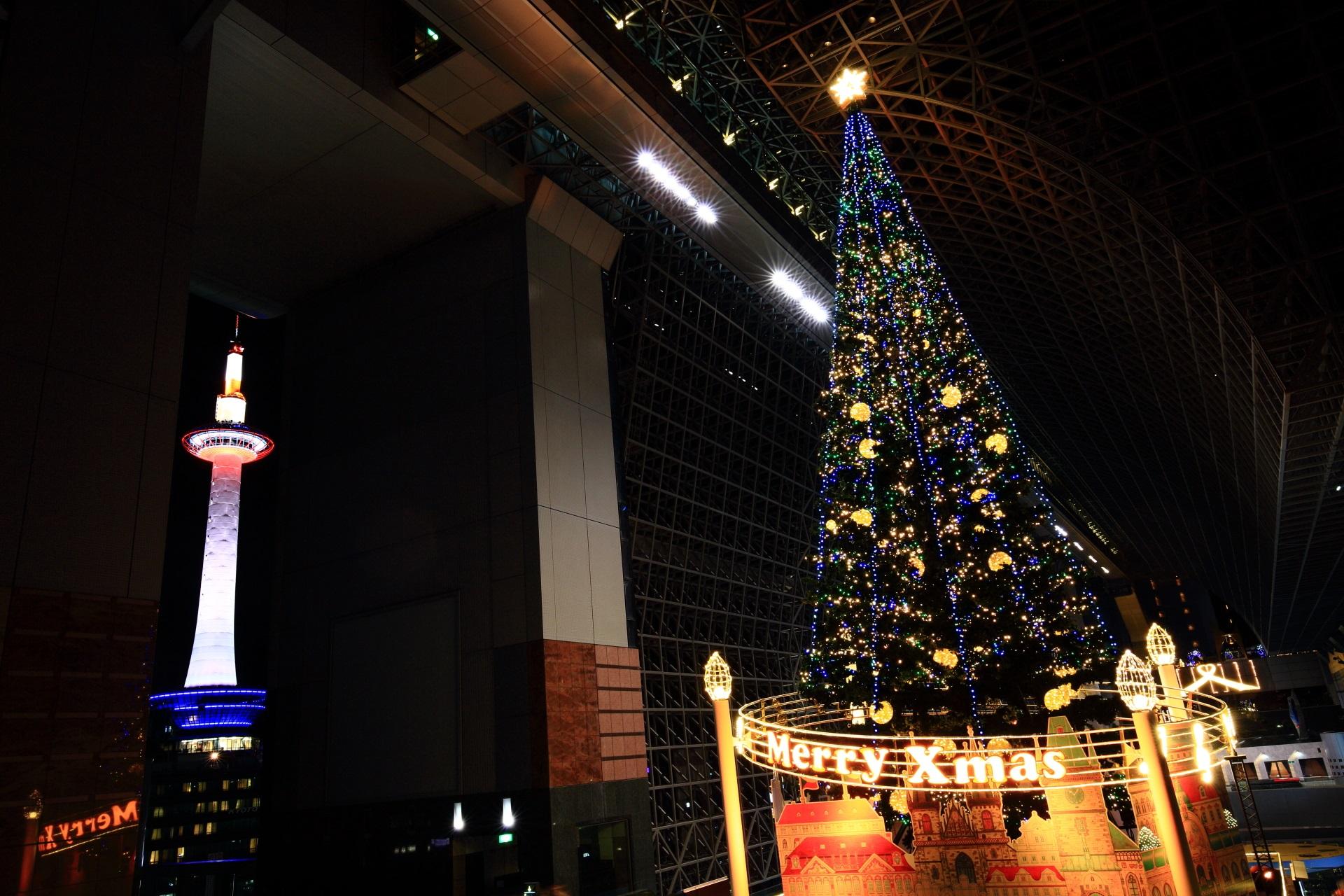 駅ビルのクリスマスツリーと京都タワー