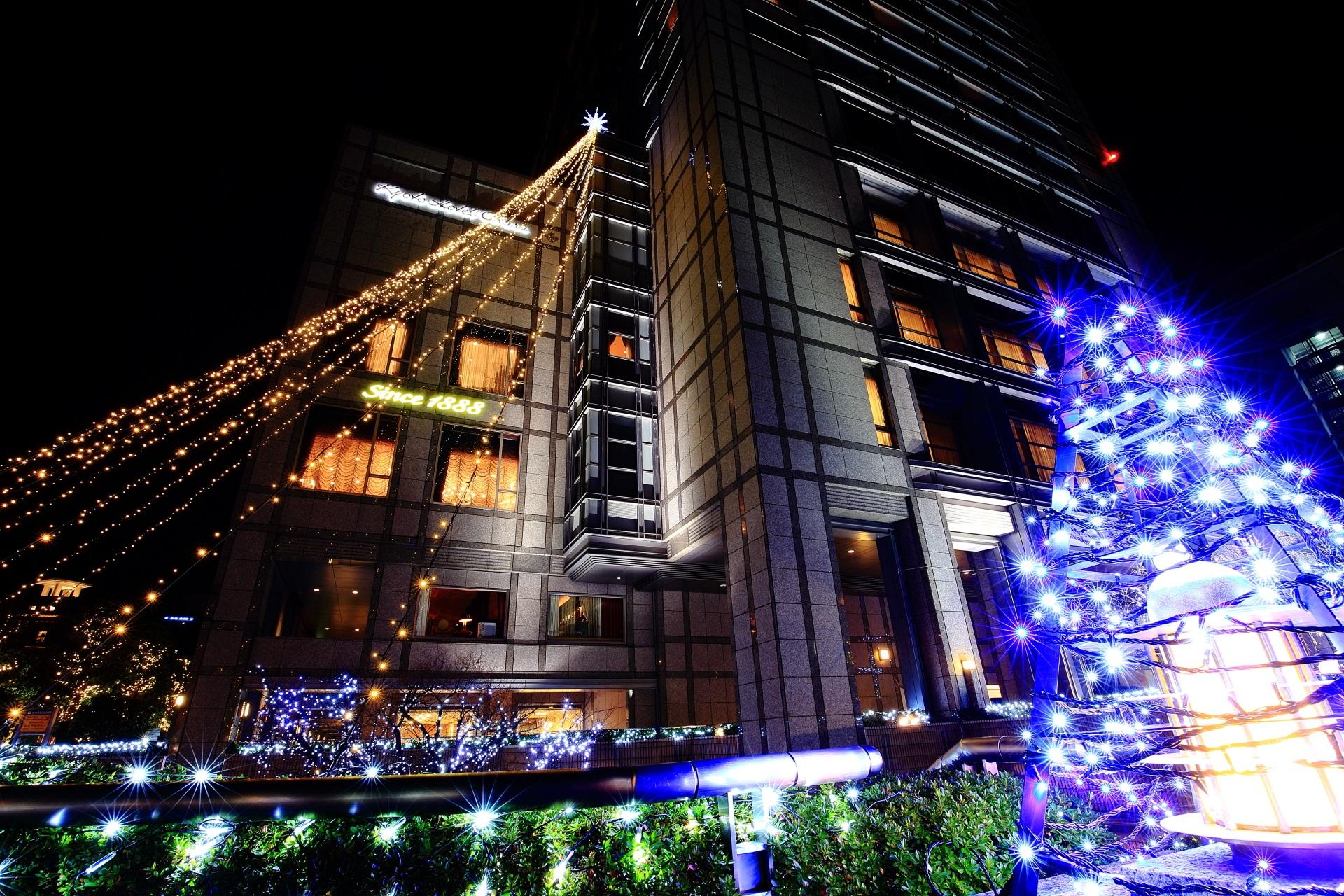 建物からつながる光の線で作るクリスマスツリー