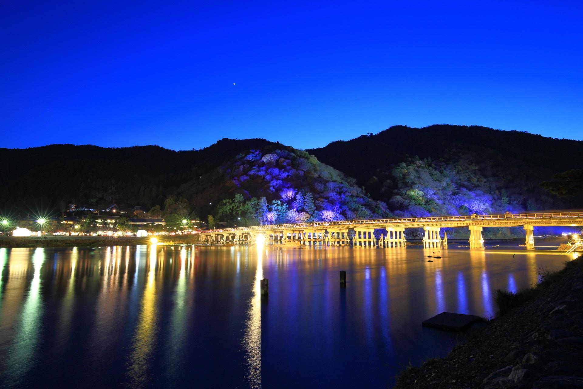 嵐山花灯路の幻想的な渡月橋のライトアップ